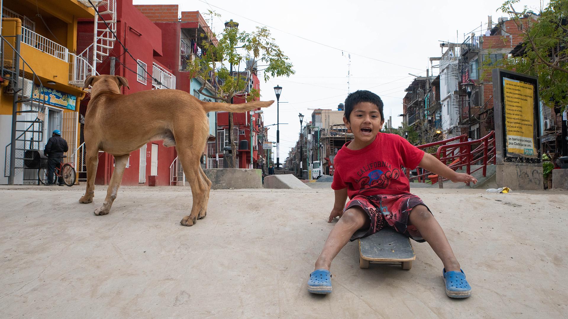 Al margen de mantenerlos alejados de la violencia, los expertos aseguran que el skate contribuye a la salud de los menores, a su desarrollo personal, y al de su comunidad