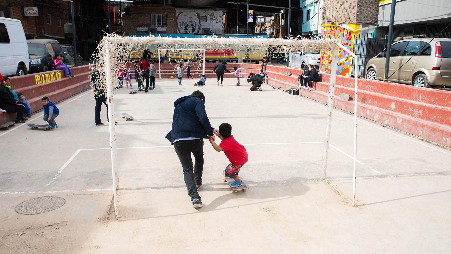 A comienzos de los años '80, el skate se había expandido a cada rincón del mundo y la juventud la adquirió como suya, al igual que los espacios públicos