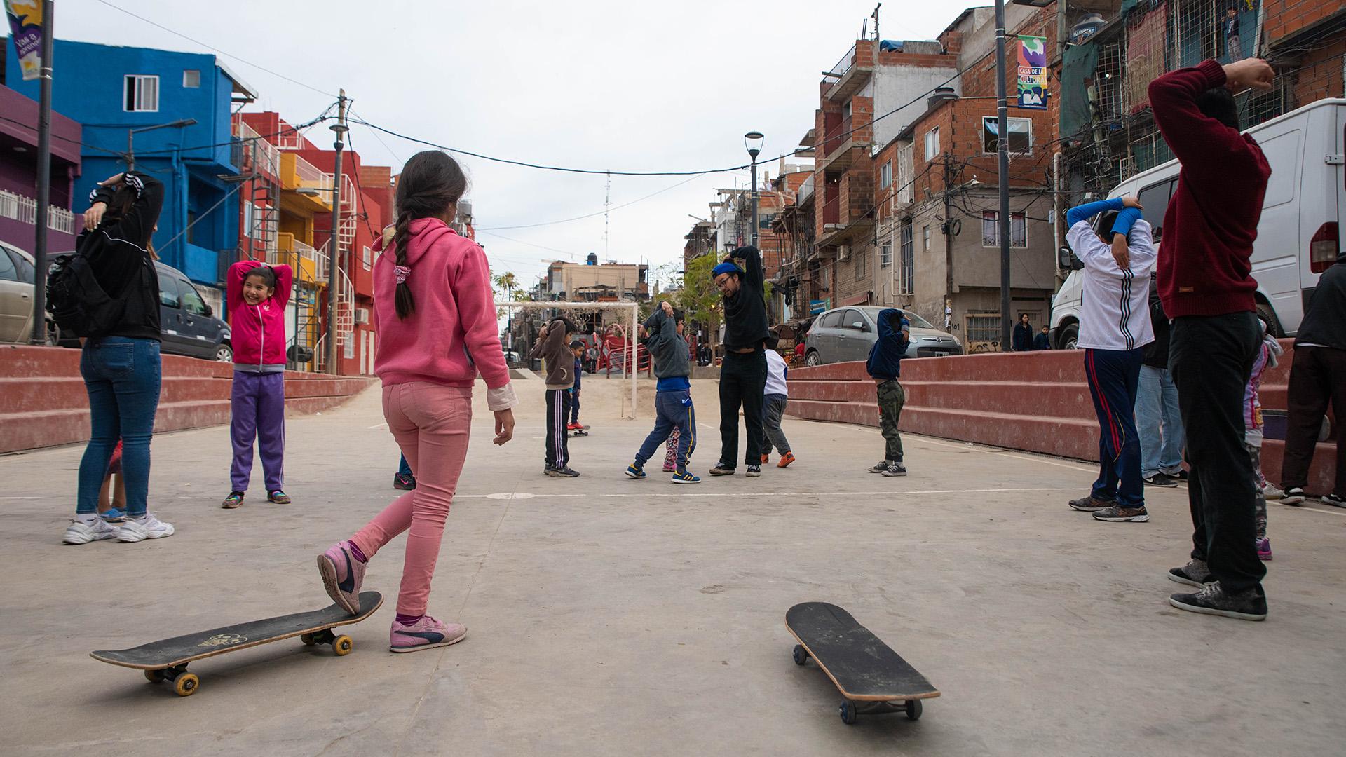 Los chicos se deslizan a través de las patinetas y exponen sus trucos sin miedo a la vergüenza ajena, ya que las caídas son sinónimos de aprendizaje