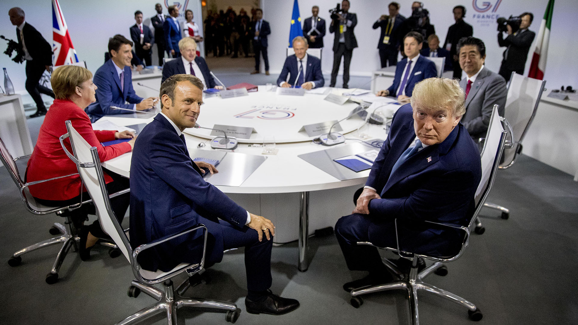 Donald Trump gesticula frente a los fotógrafos