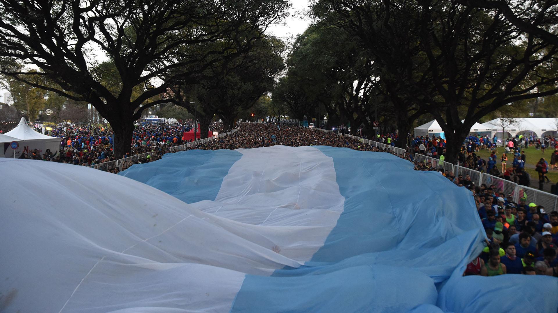 Antes del inicio de la media maratón, se desplegó una inmensa bandera argentina