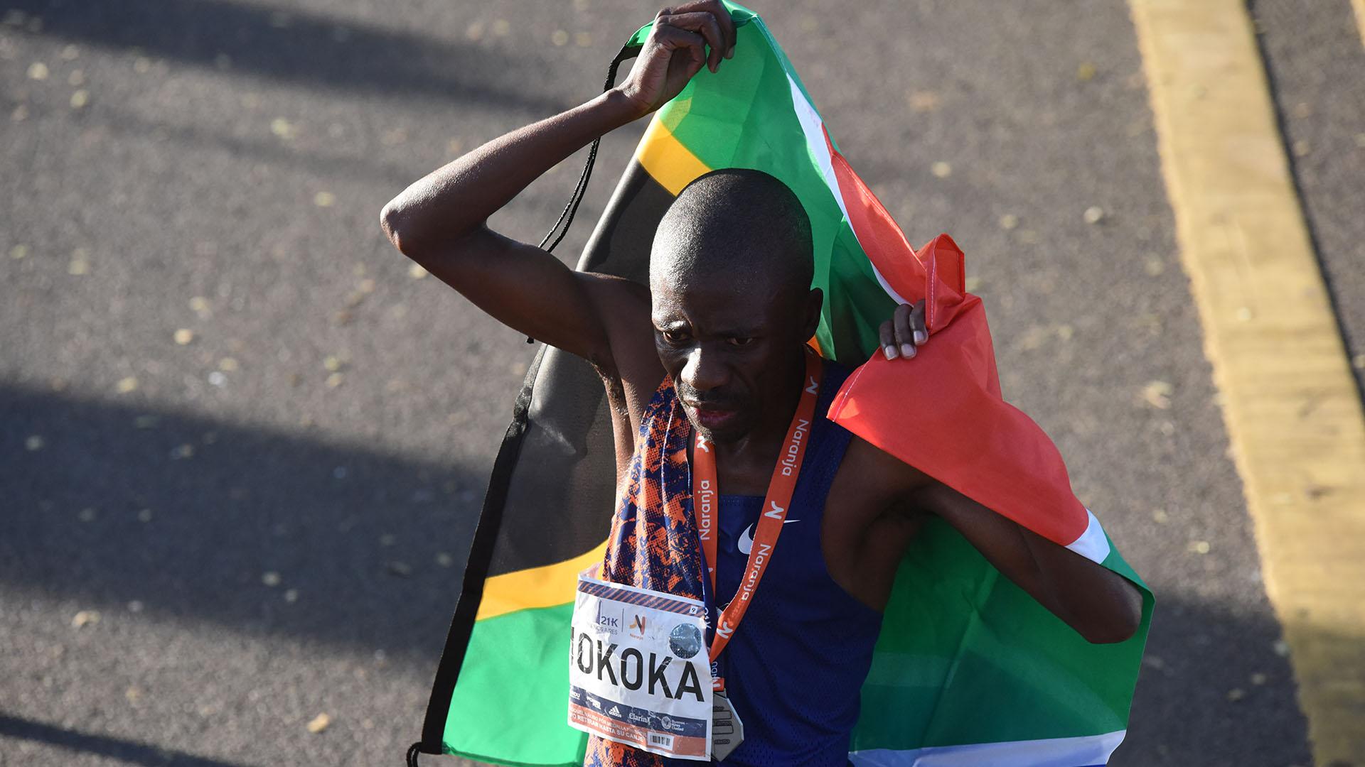 Stephen Mokoka, uno de los maratonistas más prestigiosos de Sudáfrica, no pudo conseguir la victoria