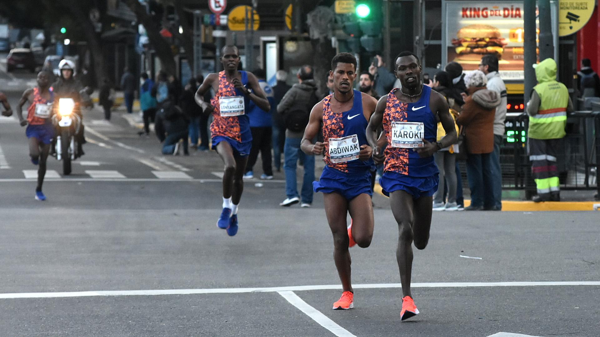 Los líderes de la carrera se separaron del pelotón en los primeros metros