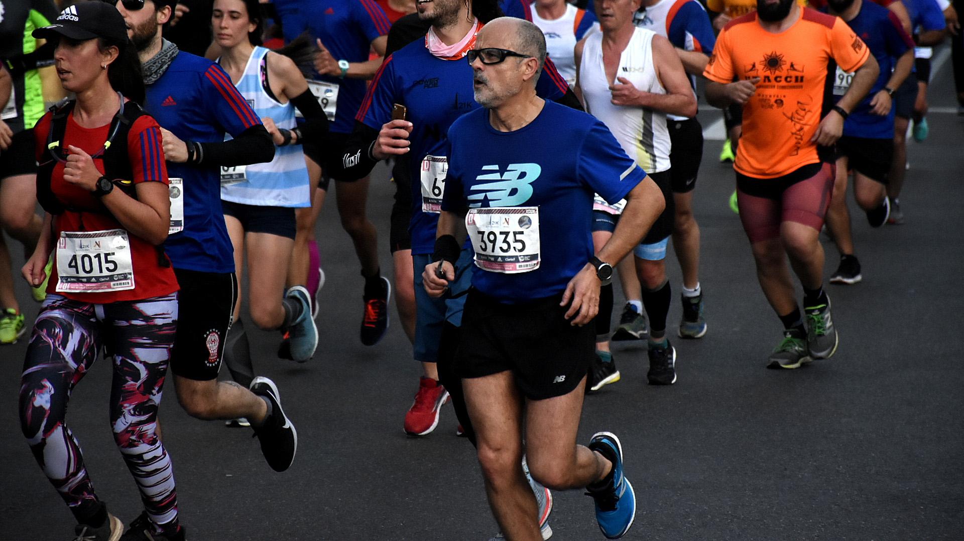 El periodista Daniel Arcucci, reconocido apasionado del running, participó de la media maratón
