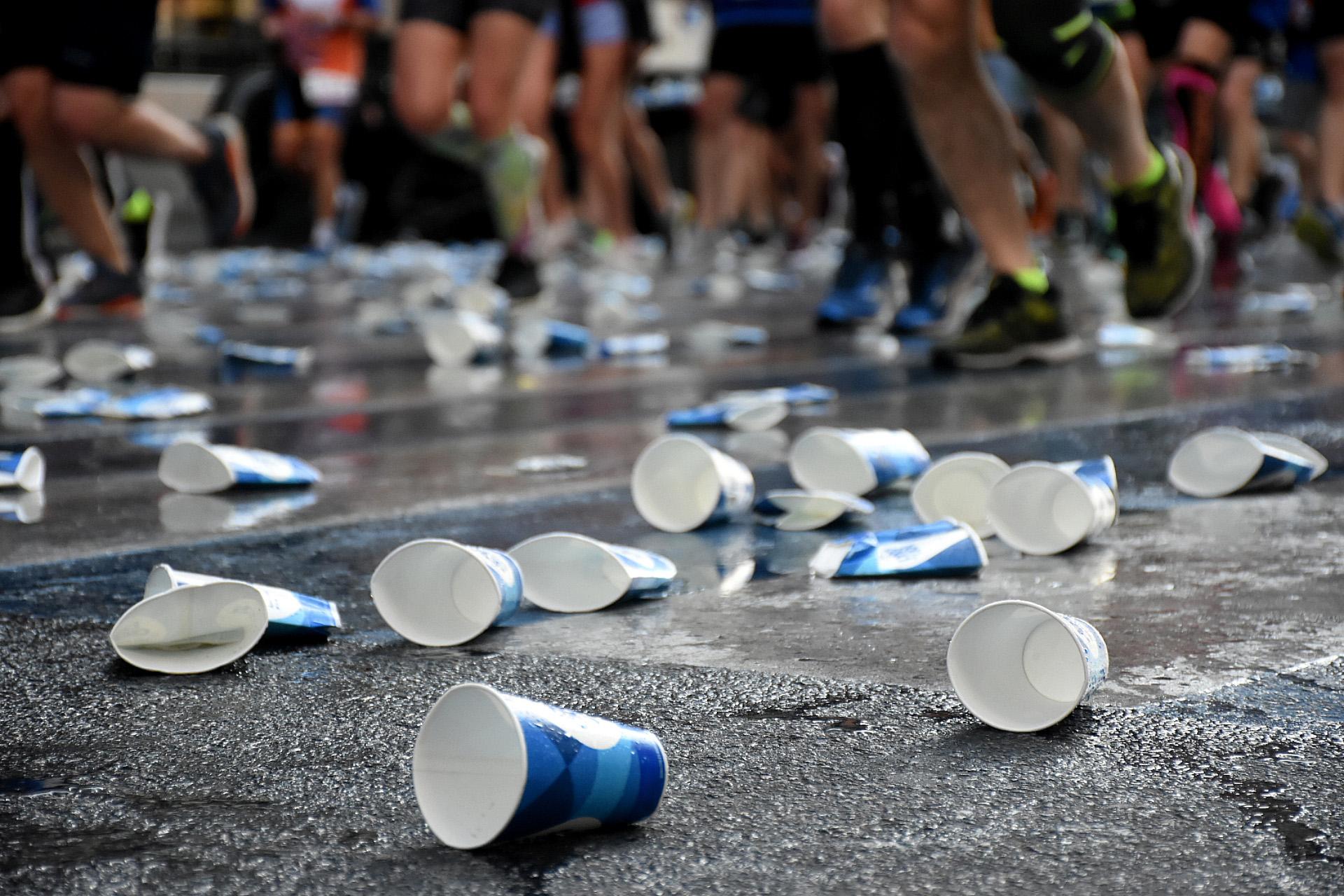 Desde la organización se repartieron vasos de agua en diferentes puntos del trayecto