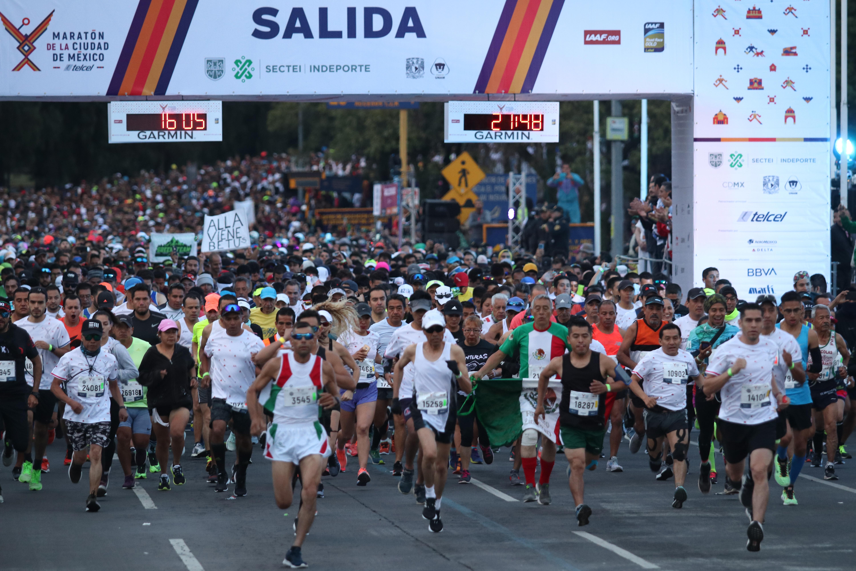 Miles de personas se dieron cita frente a la Torre de Rectoría de la Universidad Nacional Autónoma de México (UNAM) para participar en la edición 2019 del Maratón de la CDMX (Foto: Cuartoscuro)