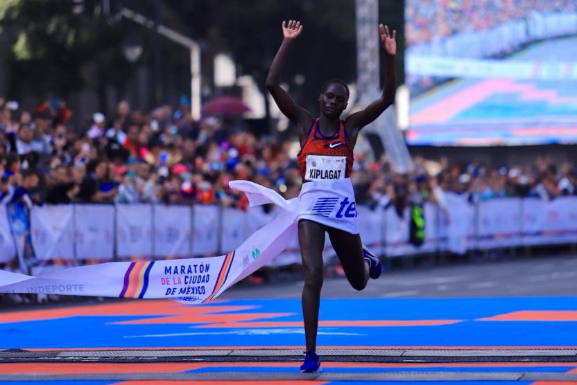 Nueva marca en la rama femenil del Maratón de la Ciudad de México. Vivian Kiplagat logró un tiempo de 2:33:27 @MaratonCDMX)