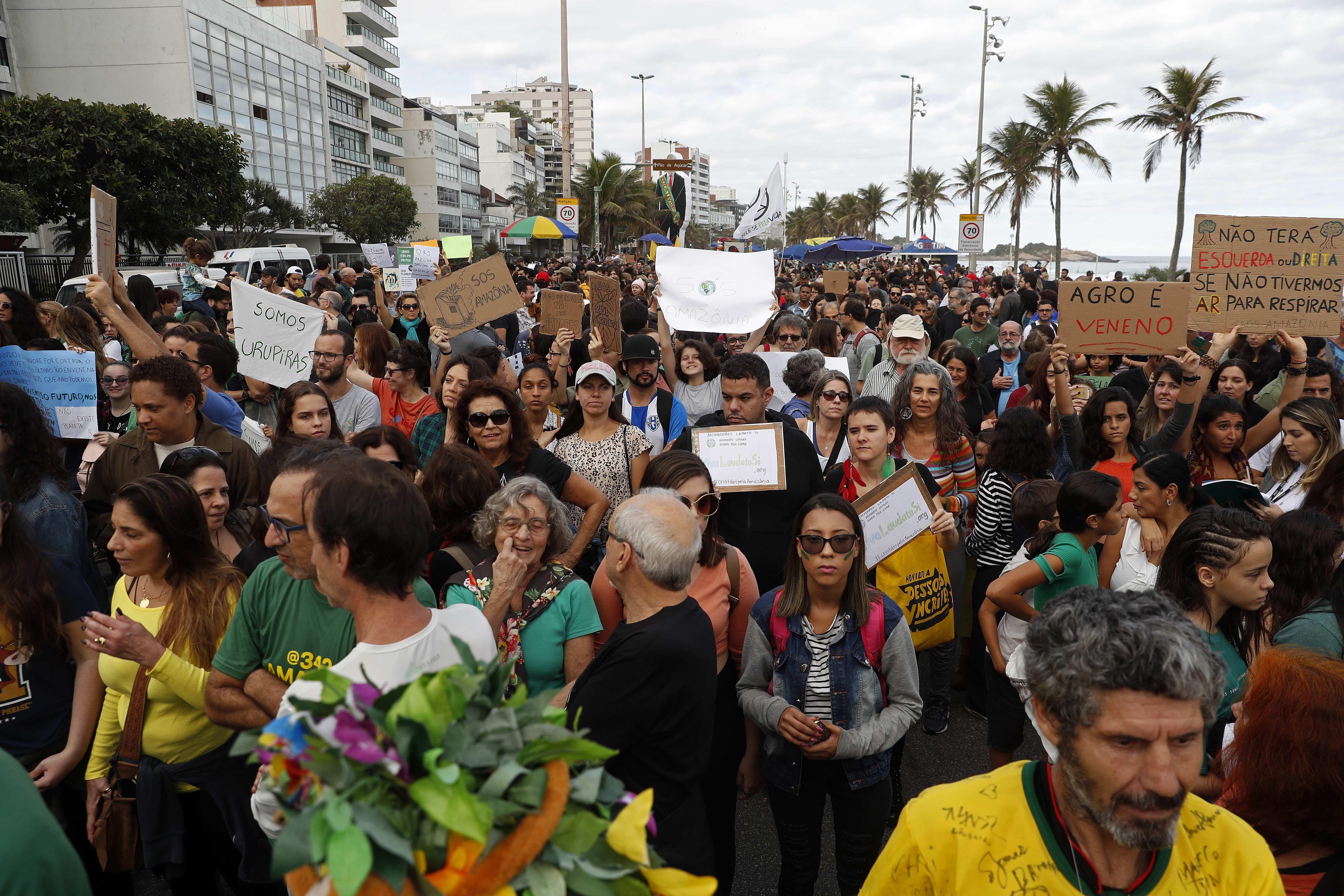 Miles de personas entre las que se cuentan artistas, políticos e intelectuales marchan este domingo en favor de la Amazonía y contra el presidente brasileño Jair Bolsonaro en la playa de Ipanema. EFE/Marcelo Sayão