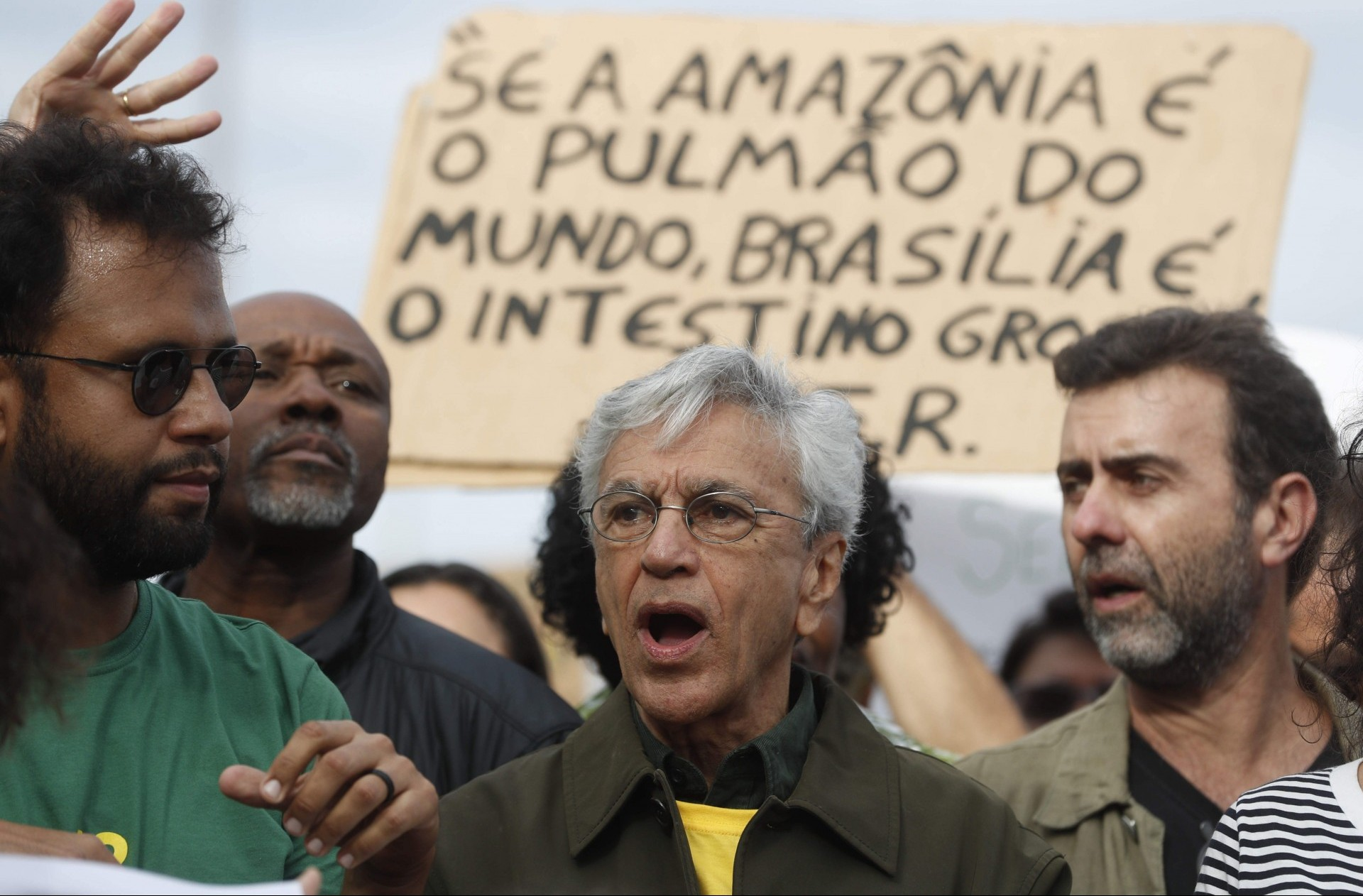 El cantante brasileño Caetano Veloso (c) marcha este domingo . EFE/Marcelo Sayão