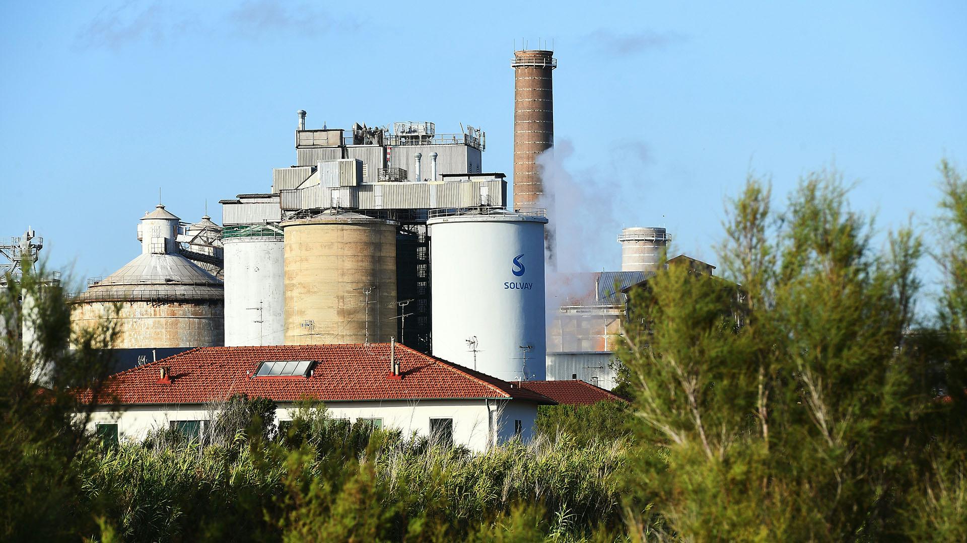 Otra vista general muestra la planta química de Solvay en Rosignano Solvay. (Foto de Vincenzo PINTO / AFP)