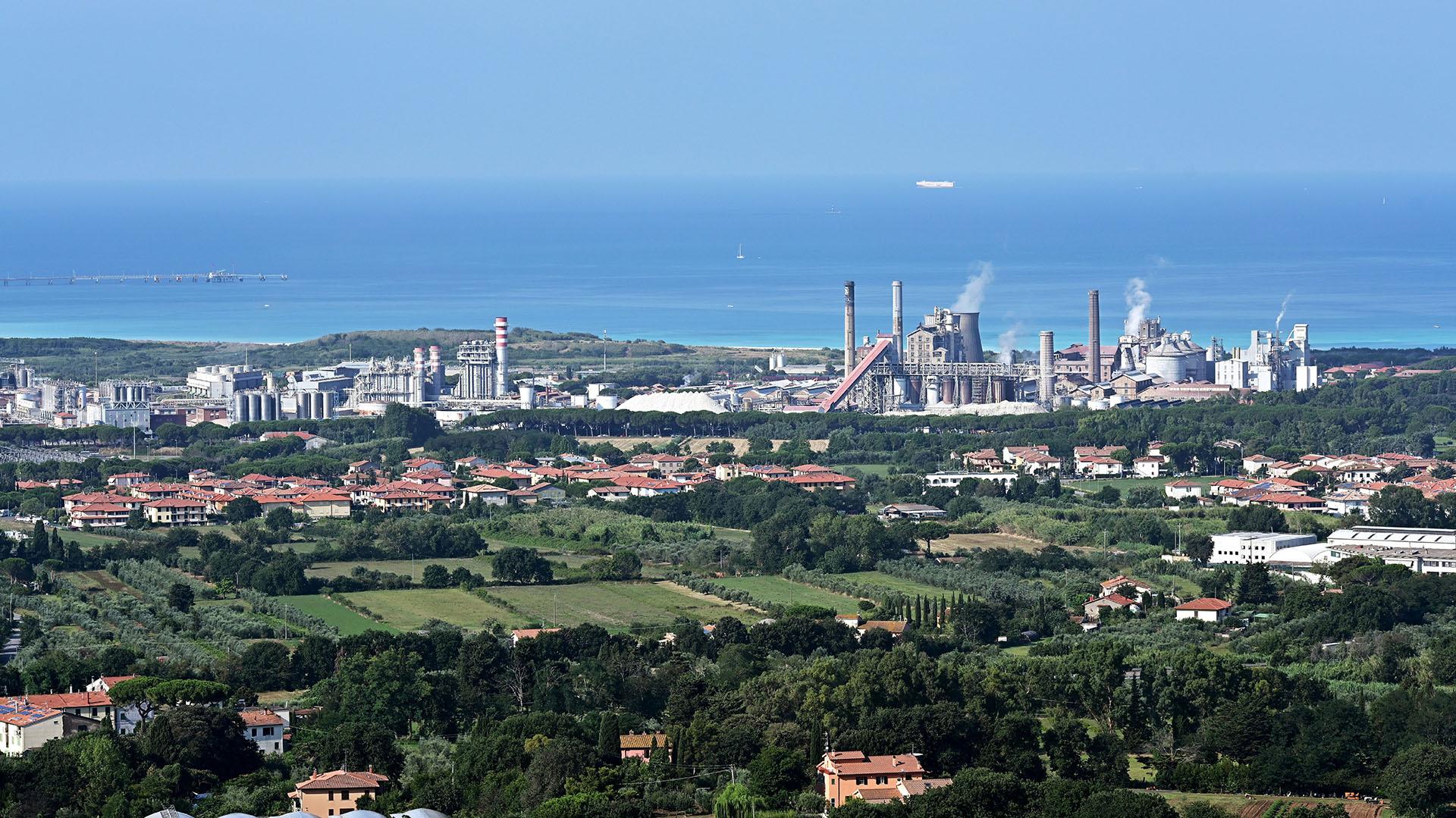 Esta vista general muestra la vista desde la oficina del alcalde de la planta química The Solvay. (Foto de Vincenzo PINTO / AFP)