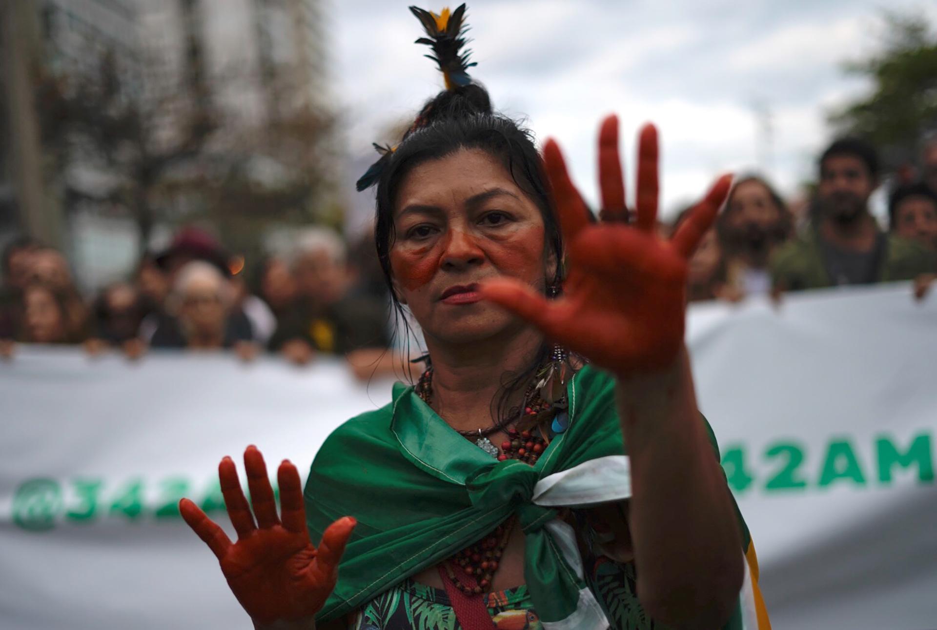 Un activista participa en la protesta en la playa Ipanema. (Foto por Mauro PIMENTEL / AFP)