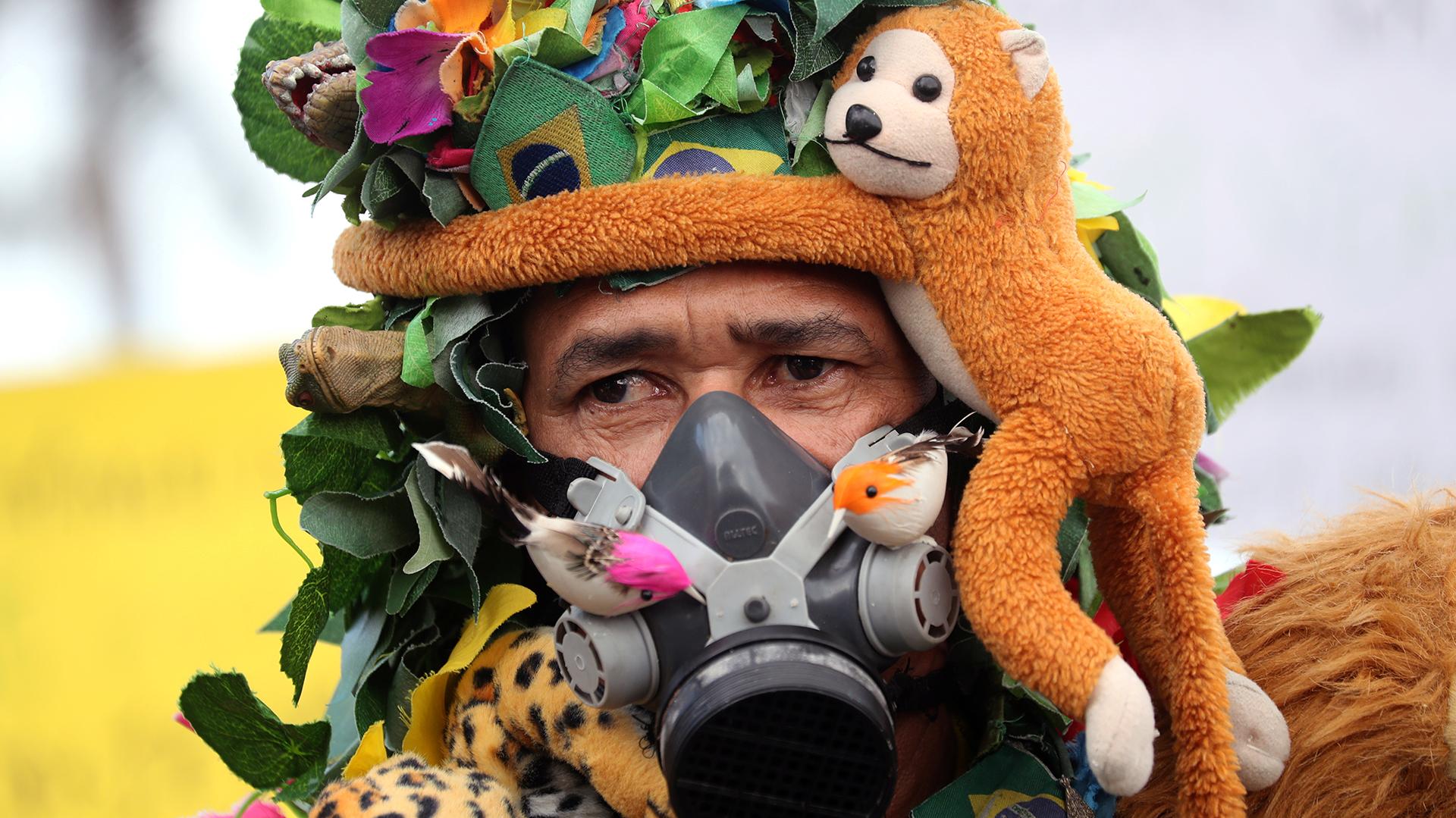 Se muestra a un hombre antes de la manifestación para exigir más protección para la selva amazónica, en Río de Janeiro. REUTERS / Sergio Moraes