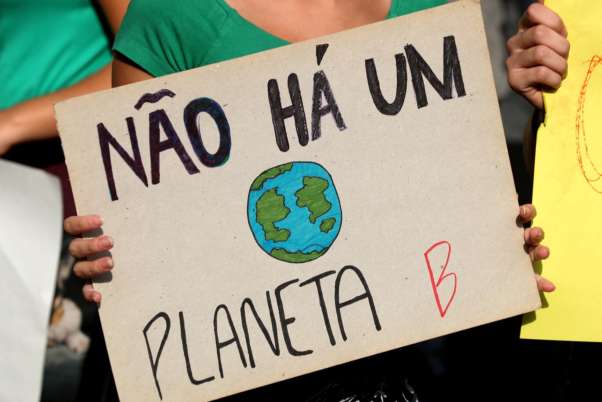 """Un asistente sostiene un cartel que dice """"no hay planeta B"""" durante la manifestación. REUTERS / Sergio Moraes"""