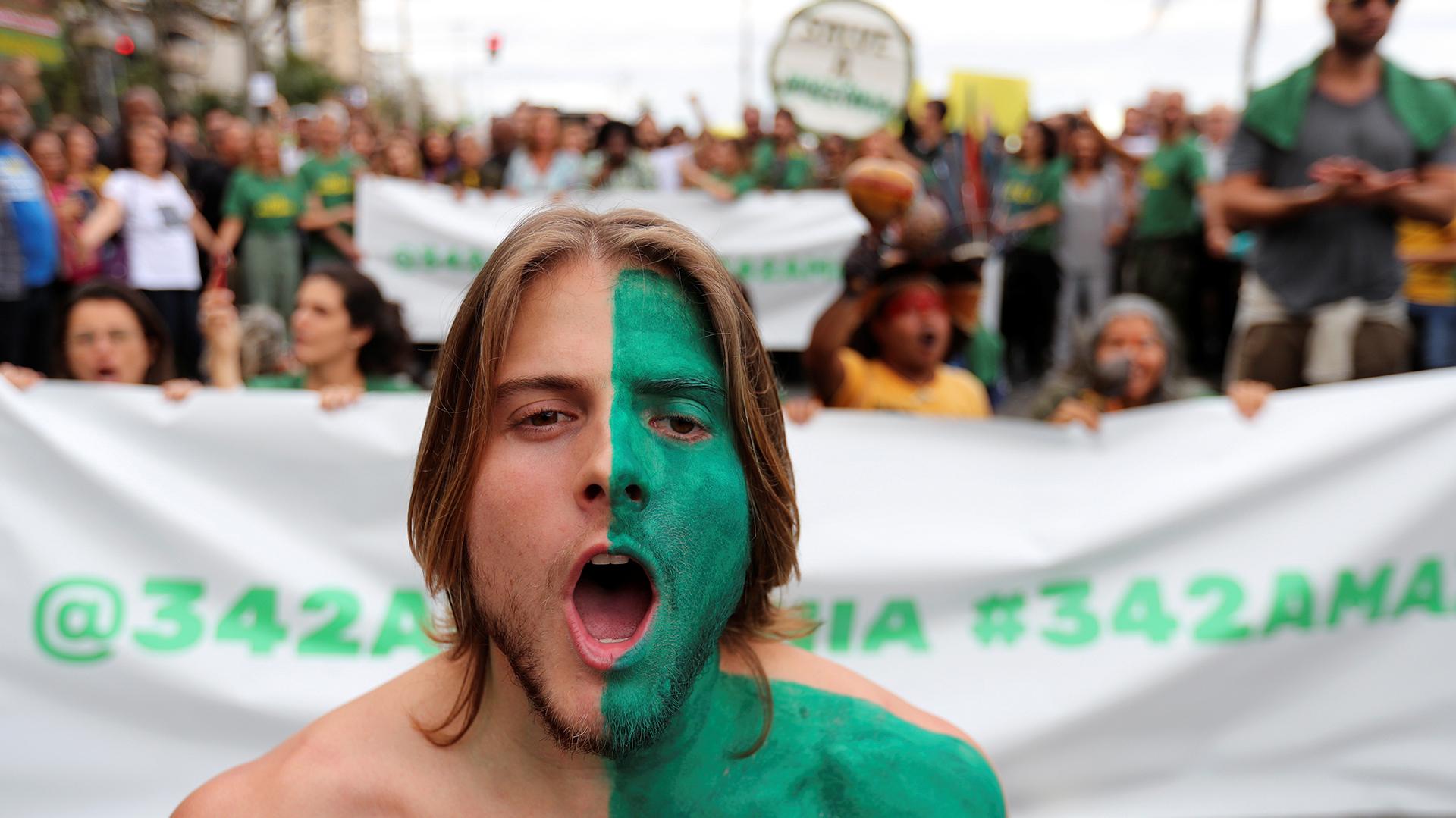Un hombre asiste a una manifestación para exigir más protección para la selva amazónica, en Río de Janeiro, Brasil, 25 de agosto de 2019. REUTERS / Sergio Moraes
