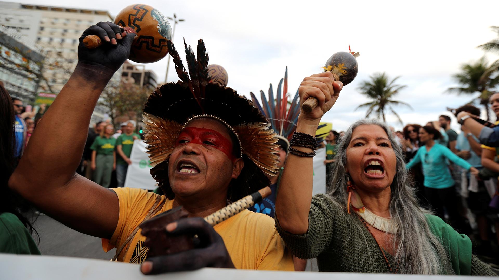 Los asistentes cantan consignas mientras participan en la manifestación para exigir más protección para la selva amazónica. REUTERS / Sergio Moraes