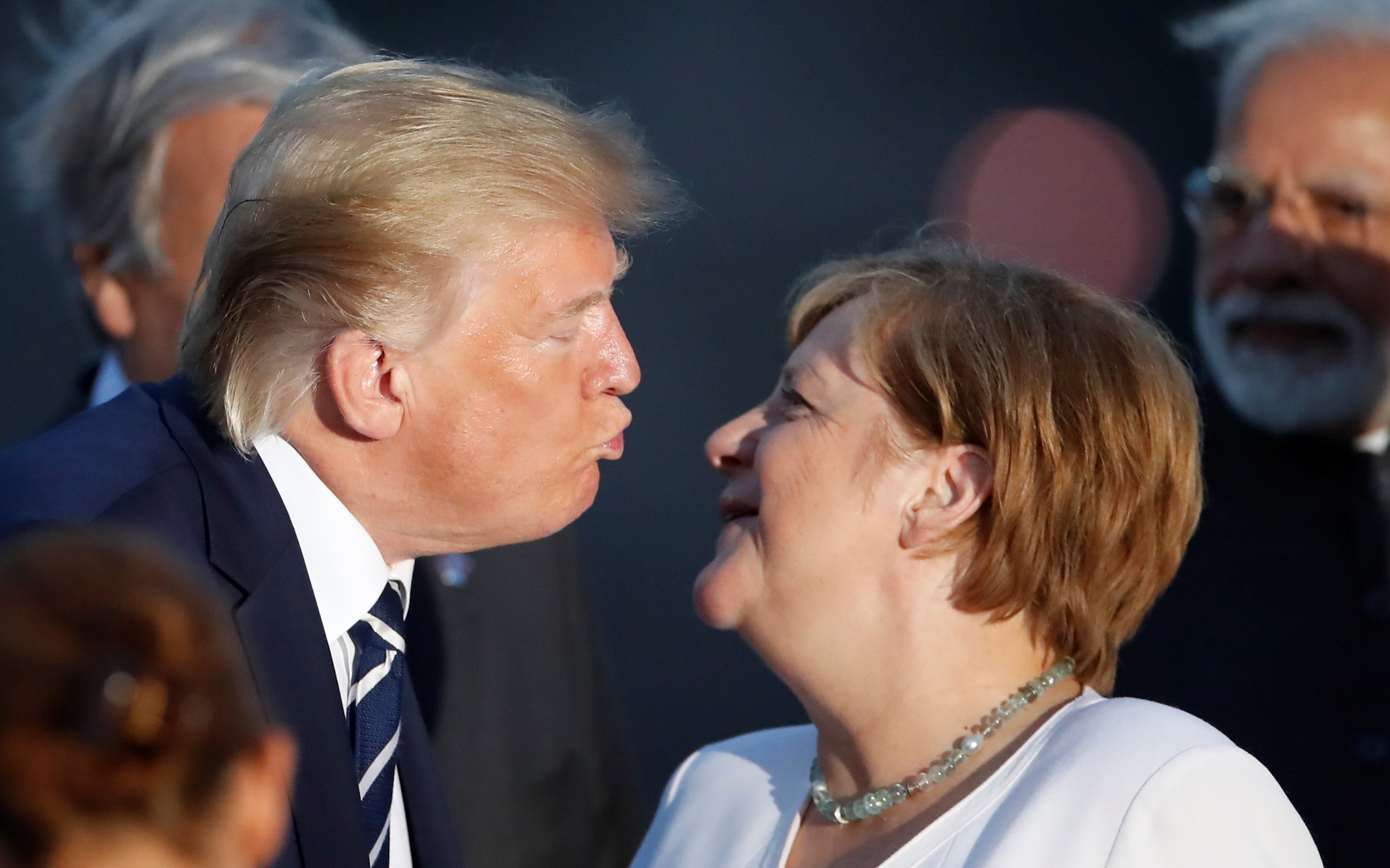 Donald Trump también tuvo un particular saludo con Angela Merkel