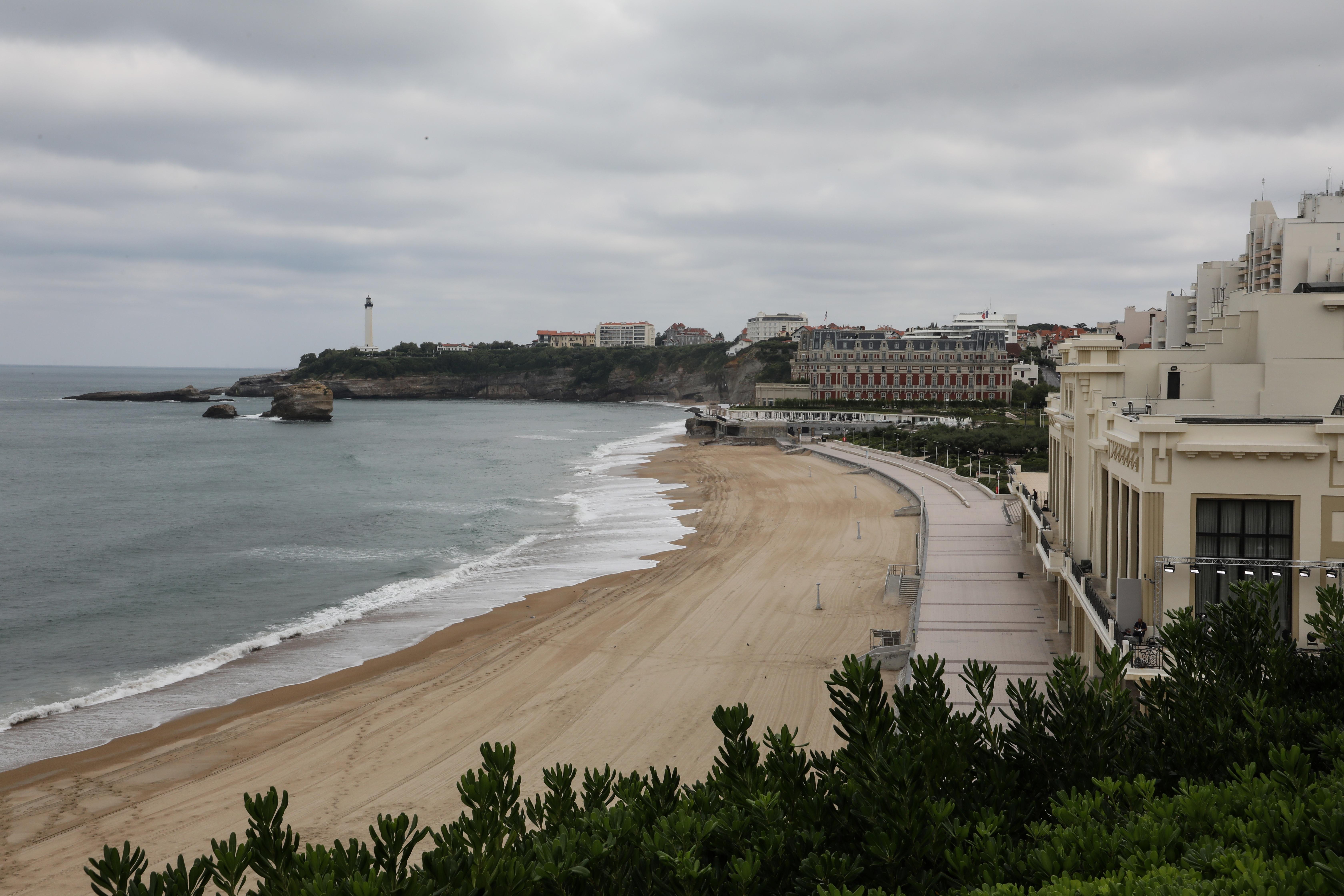 Tras el inicio de la cumbre, la orilla quedó vacía por las restricciones de seguridad