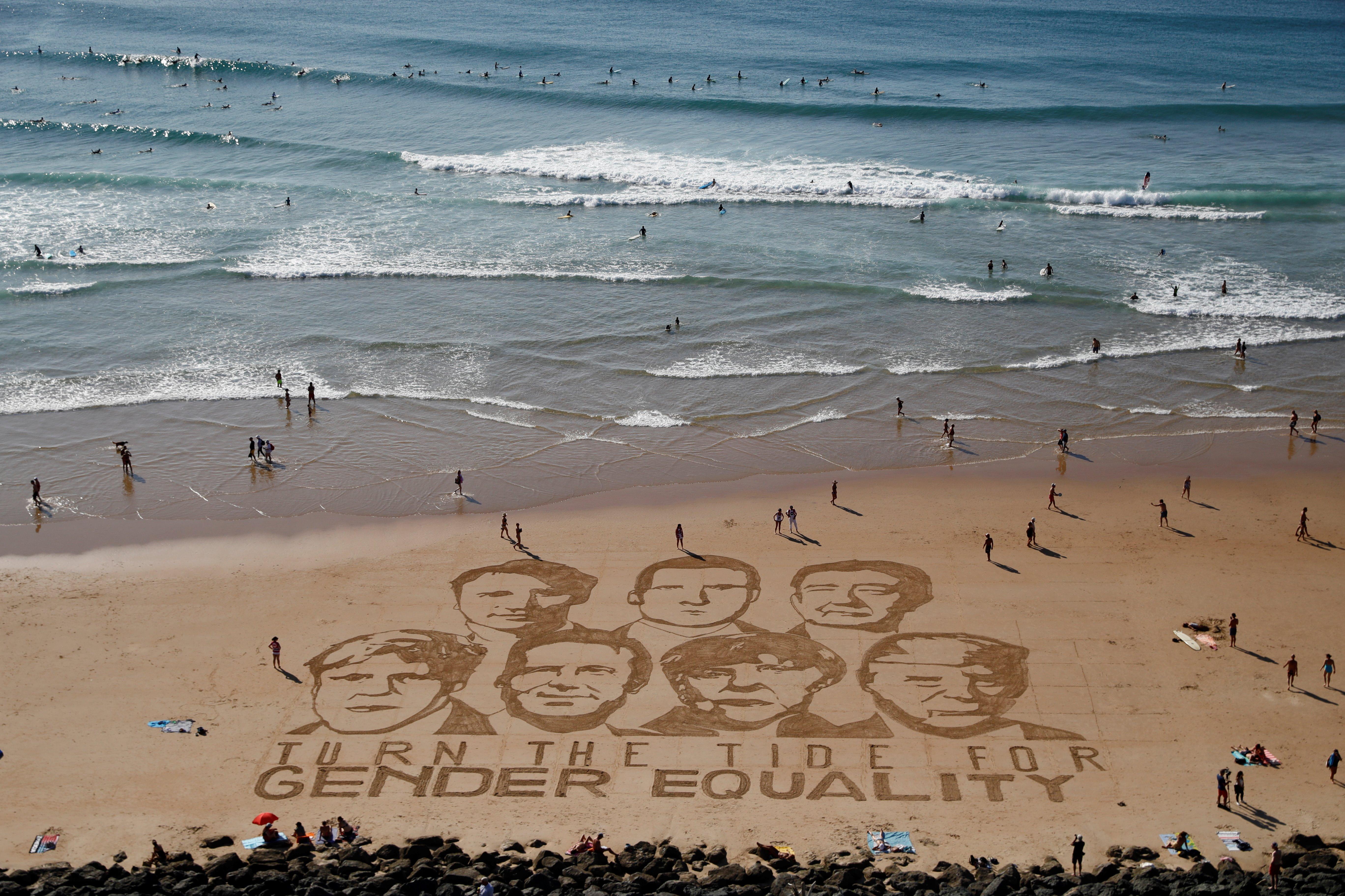 La playa cercana al hotel de la cumbre fue el escenario para un dibujo artístico de los líderes y un clamor por la igualdad de género
