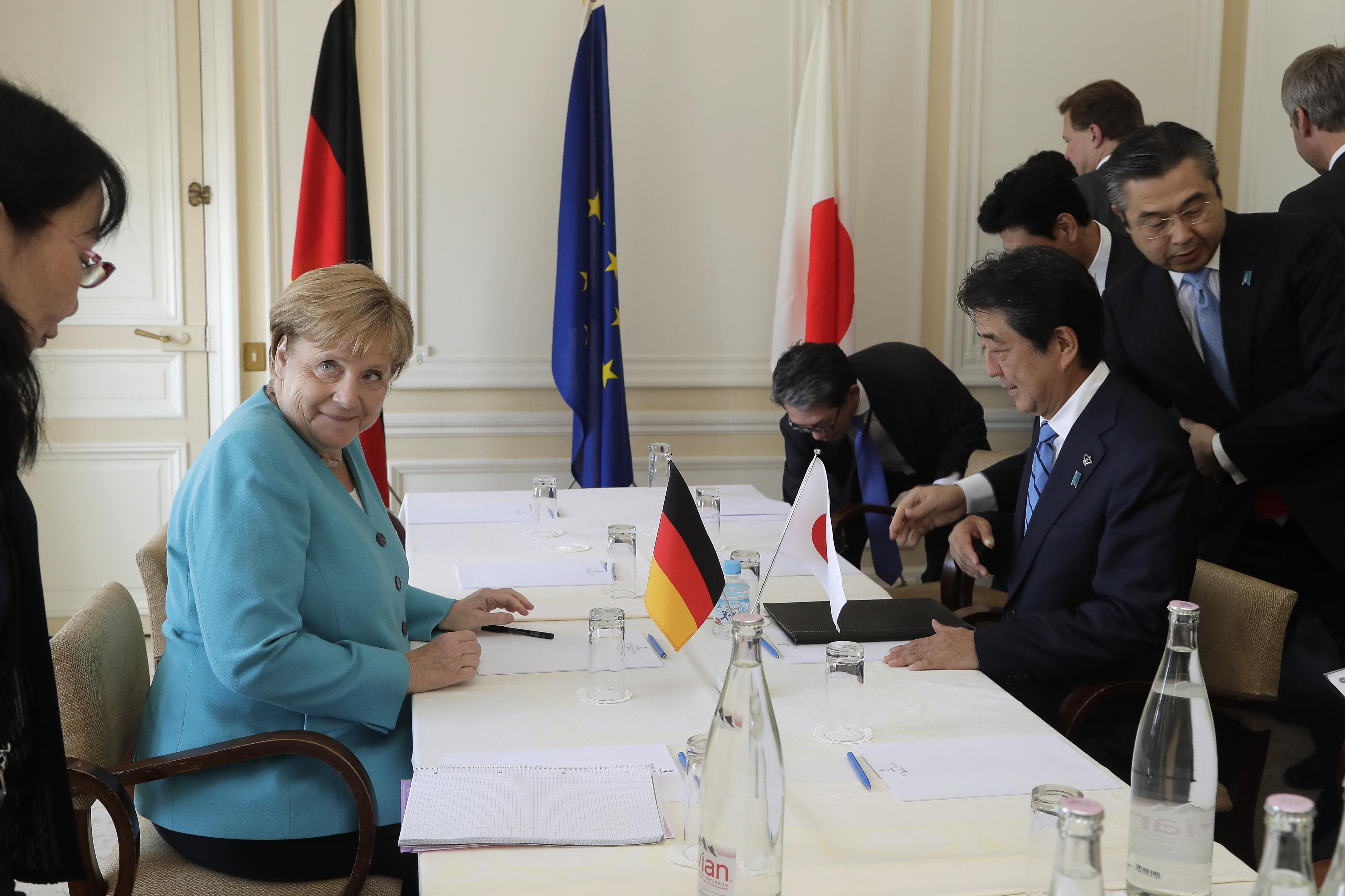 Angela Merkel sonríe en una reunión con el premier Shinzo Abe