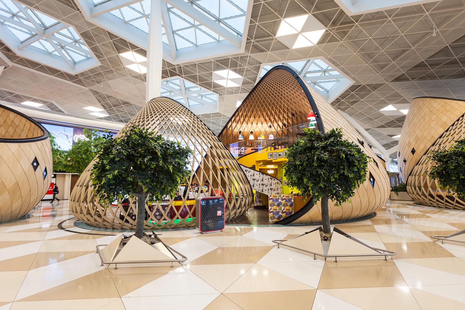 El Aeropuerto Internacional Heydar Aliyev en Bakú, Azerbaiyán, tiene interiores y exteriores extraordinarios, verdes y llamativos