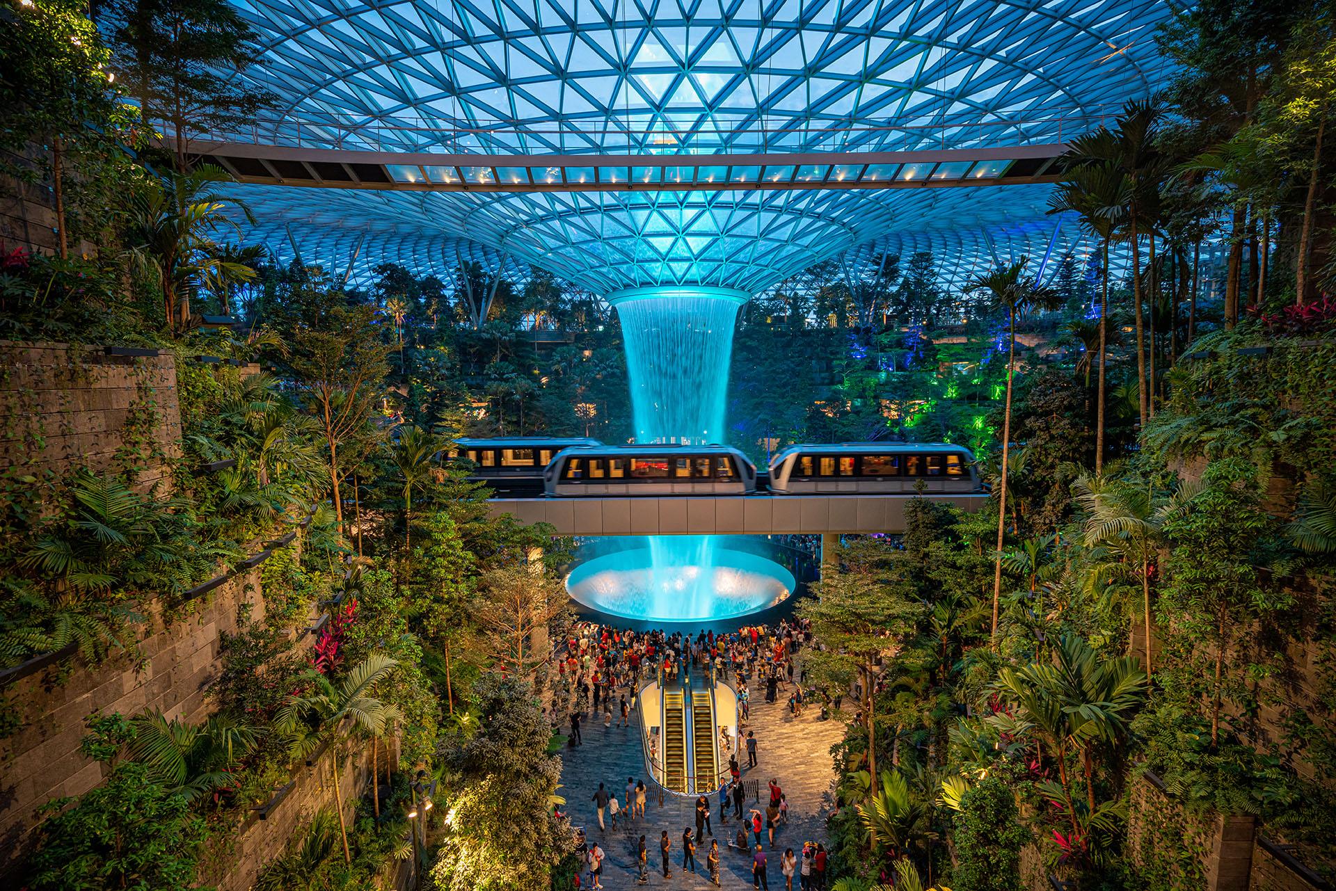 El aeropuerto de Singapur Changi está lleno de atracciones, que incluyen dos salas de cine, cientos de tiendas minoristas, múltiples jardines, galerías de arte y un laberinto