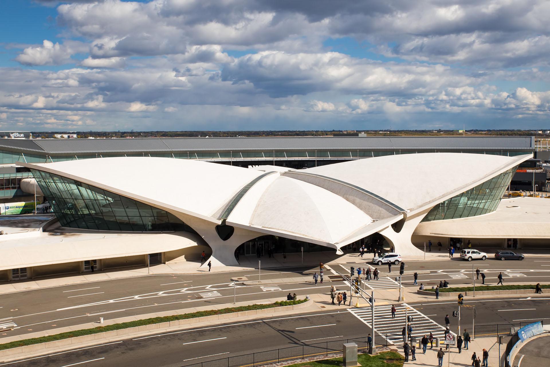 El aeropuerto John F. Kennedy en la ciudad de Nueva Yorkalberga un hotel de temática de los 60 en la antigua terminal de Trans World Airlines, que incluye tiendas, restaurantes y un bar dentro de un avión antiguo
