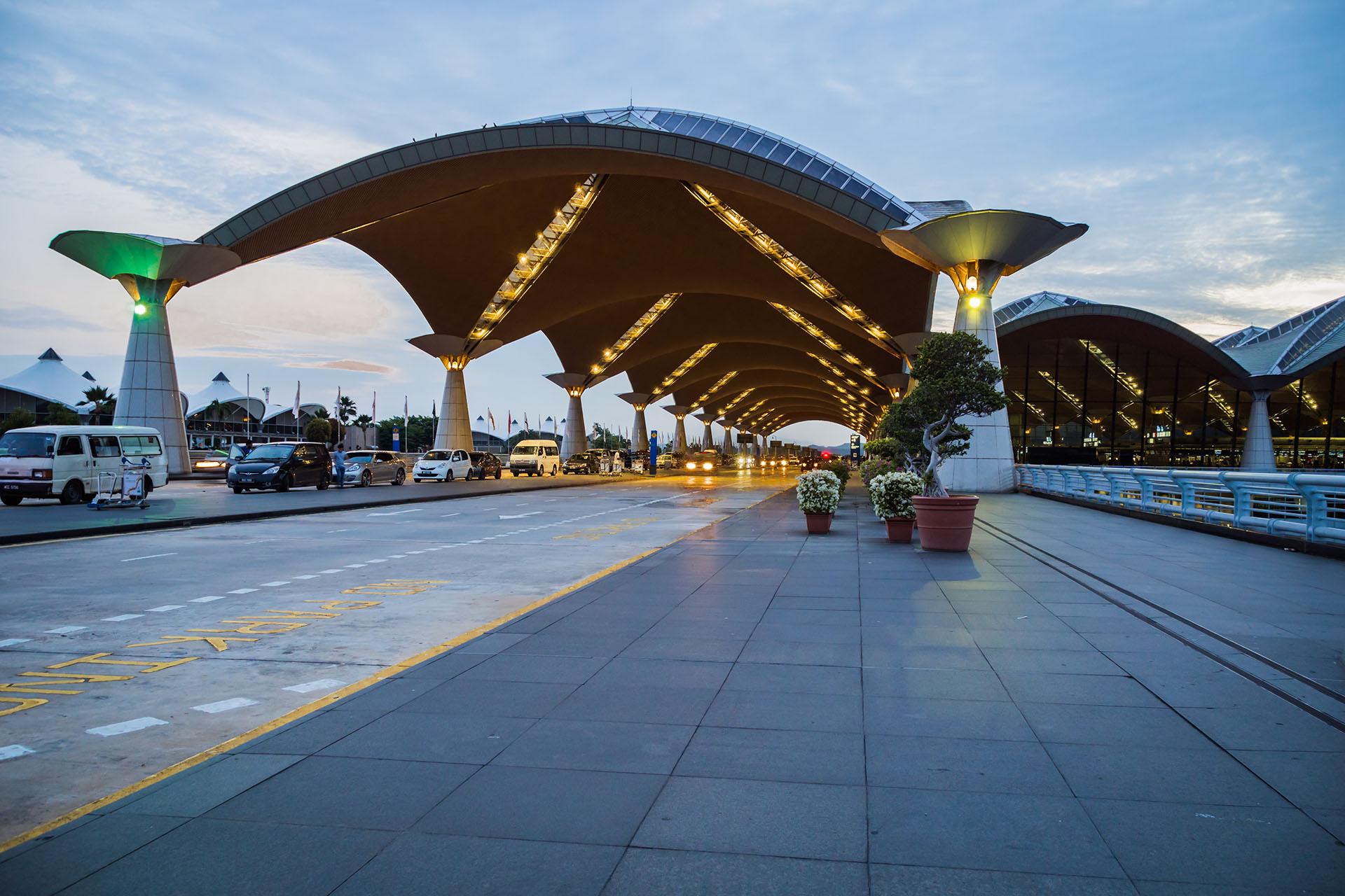 El principal aeropuerto de Malasia, el Aeropuerto Internacional de Kuala Lumpur, fue diseñado por el arquitecto japonés Kisho Kurokawa