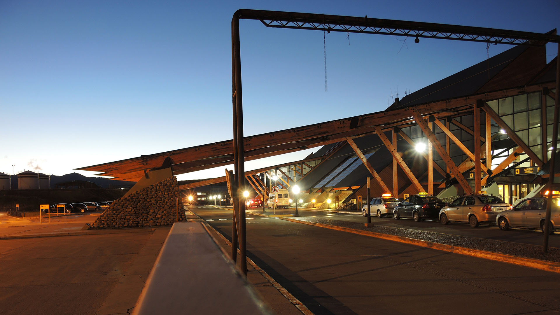 El aeropuerto internacional más meridional del mundo, el Aeropuerto Internacional Malvinas Argentinas Ushuaia, se encuentra en la provincia de Tierra del Fuego, en el extremo sur de nuestro país. Su estilo de construcción único loconvierte enun espectáculo para la vista
