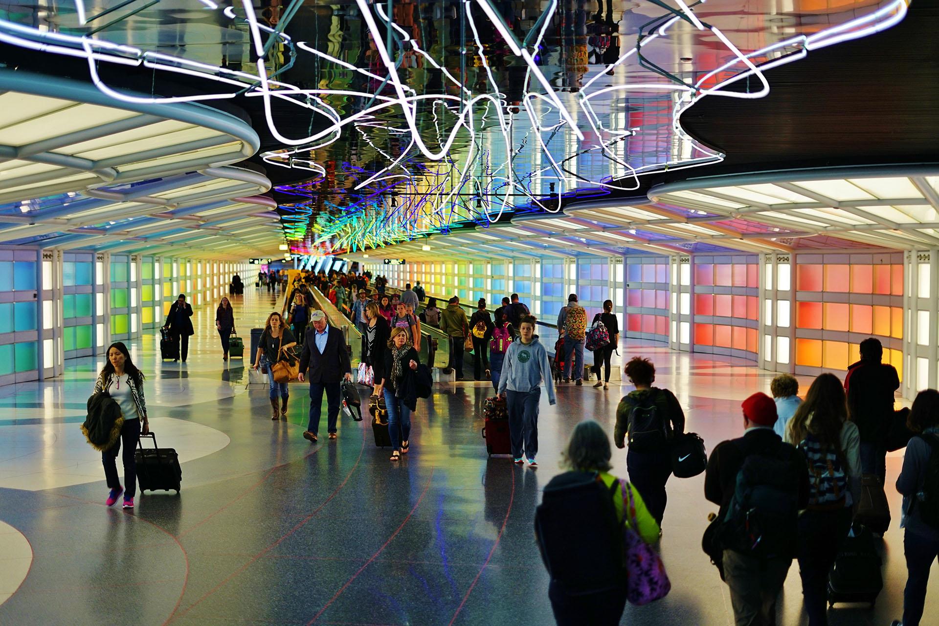 """El Aeropuerto Internacional O'Hare de Chicago tiene un túnel peatonal con una instalación de neón llamada """"Sky's the Limit"""""""