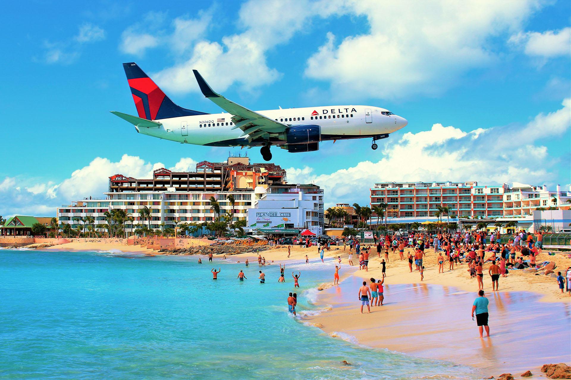 El Aeropuerto Internacional Princesa Juliana en la isla caribeña de San Martín es famoso por su proximidad a la playa, lo que ha permitido muchas fotos increíbles de aterrizaje de aviones