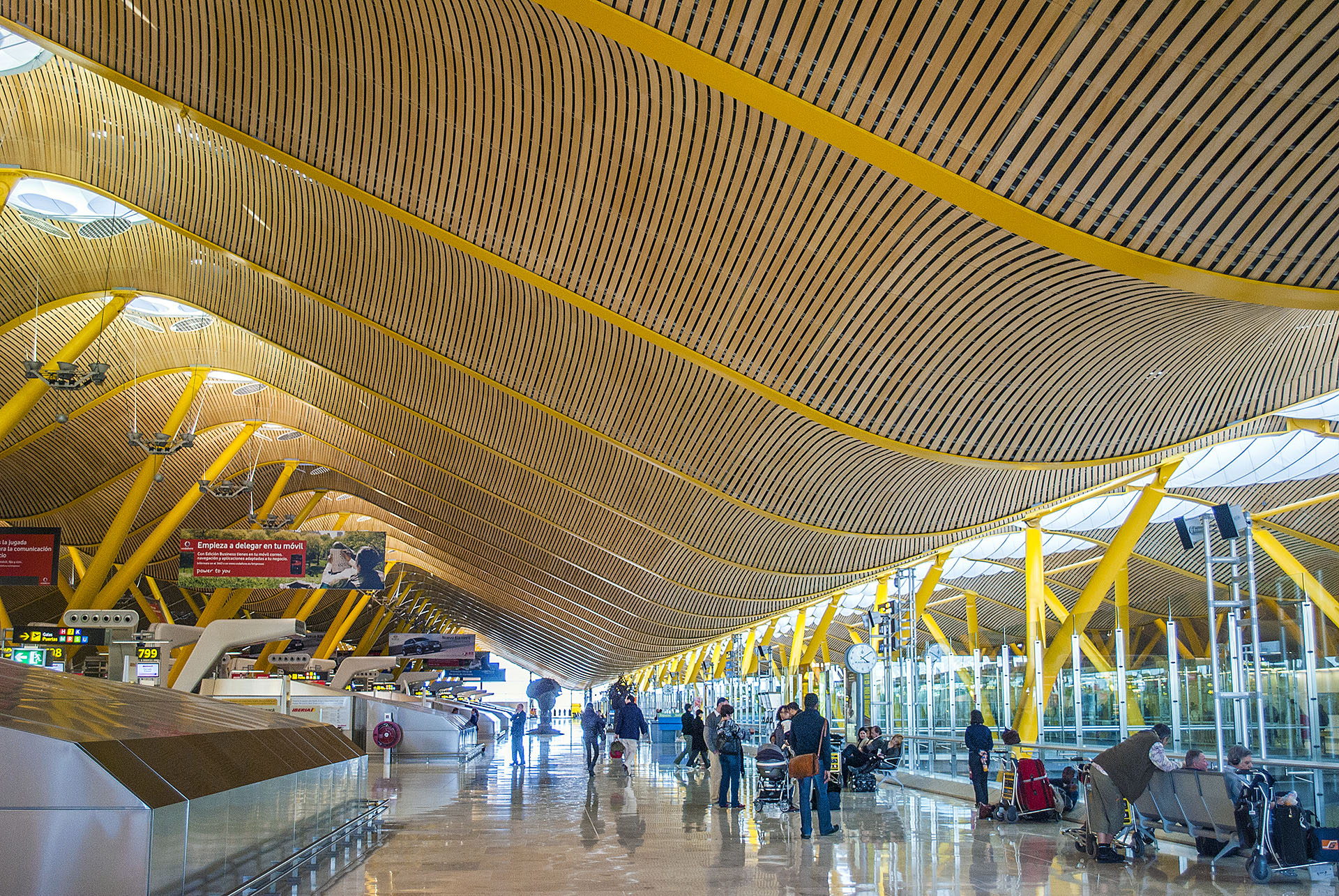 En 2006, el aeropuerto español de Madrid-Barajas abrió la Terminal 4, una terminal impresionantemente grande y ornamentada con techos de bambú