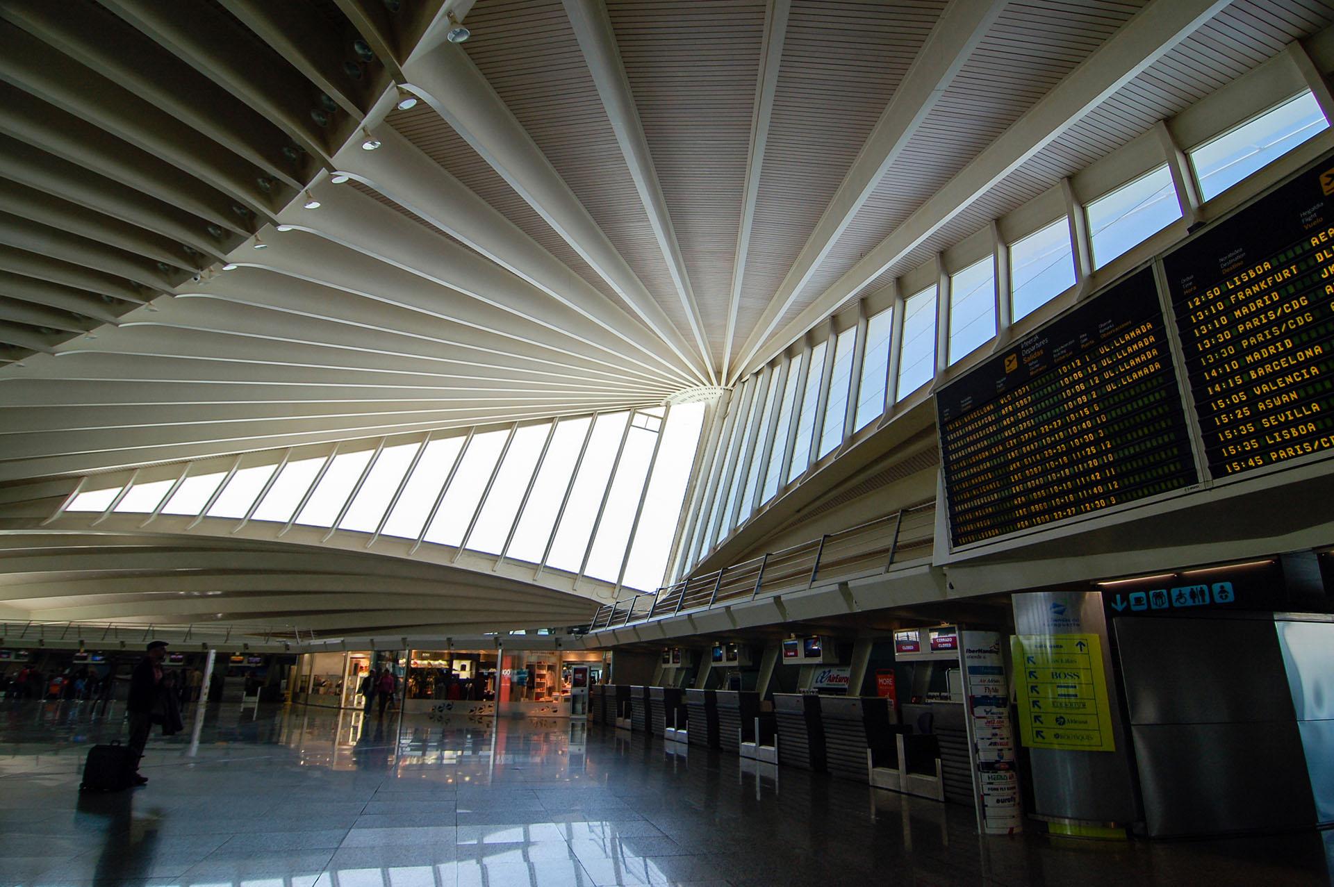 """Apodado """"La Paloma"""", el aeropuerto de Bilbao en España tiene un elegante diseño blanco con dos """"alas"""" simétricas"""