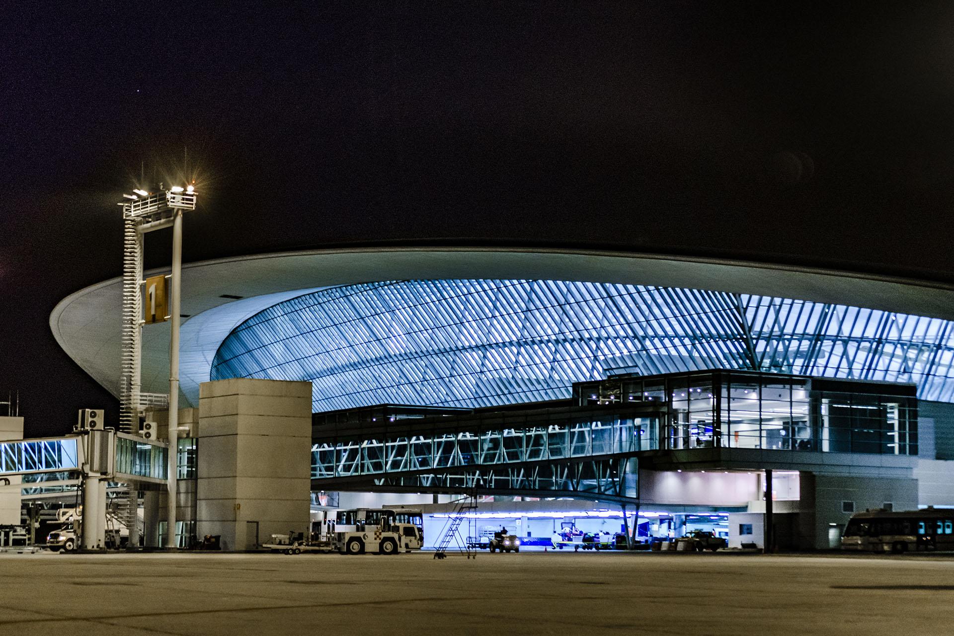 La nueva terminal del Aeropuerto Internacional de Carrasco, también conocido como Aeropuerto Internacional General Cesáreo L. Berisso en Montevideo, Uruguay, fue diseñada por el arquitecto Rafael Vinoly
