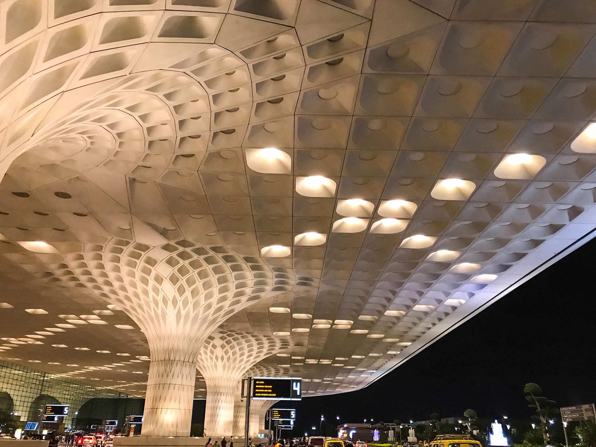 El Aeropuerto Internacional Chhatrapati Shivaji en Mumbia, India, tiene un dosel en el techo con patrones inspirados en parte en el pavo real, el ave nacional del país