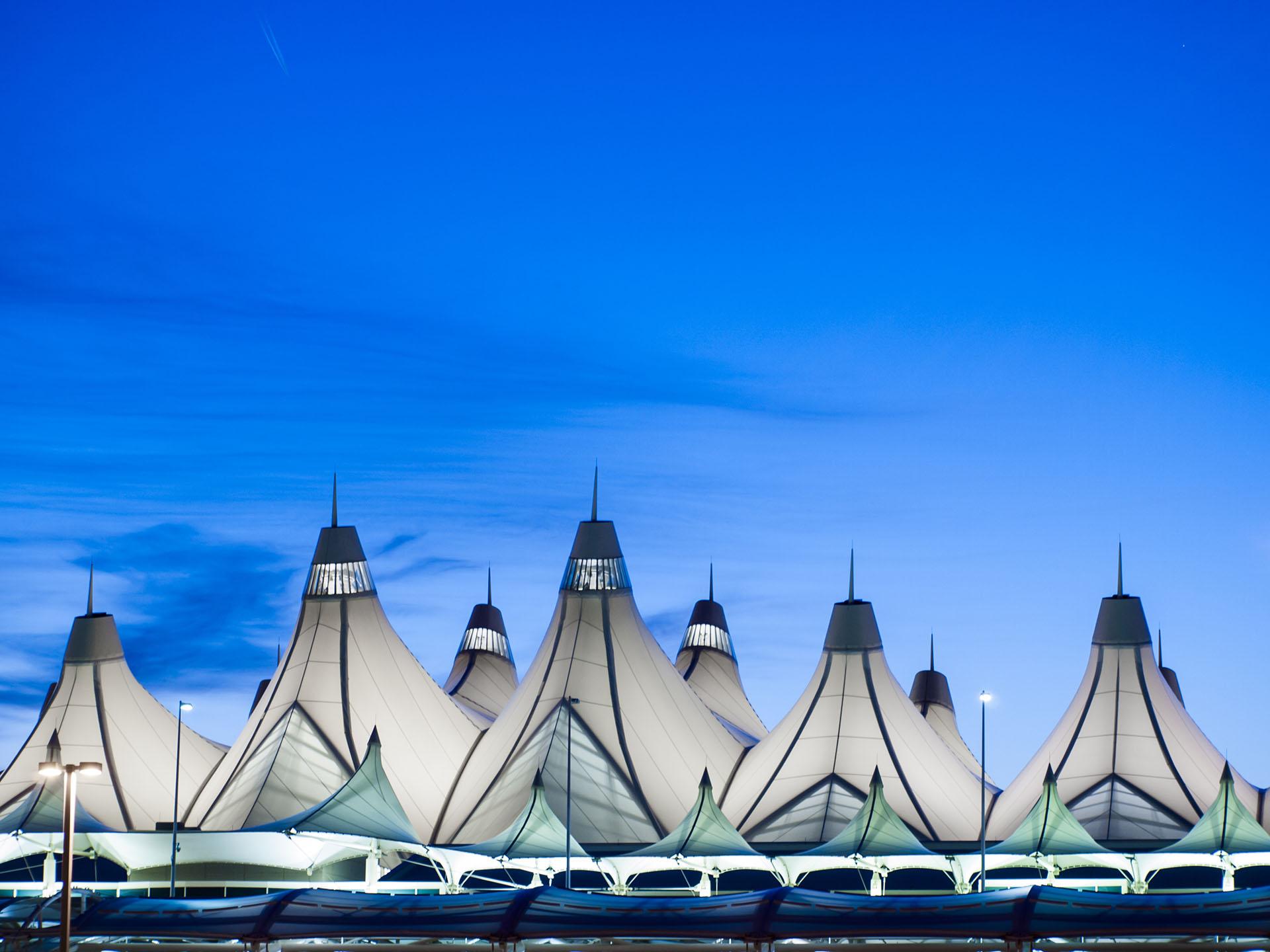 La estructura del techo en forma decarpas decampamento del Aeropuerto Internacional de Denver es notable, particularmente en contraste con las montañas rocosas en el fondo. El aeropuerto también es objeto de una serie de teorías de conspiración interesantes