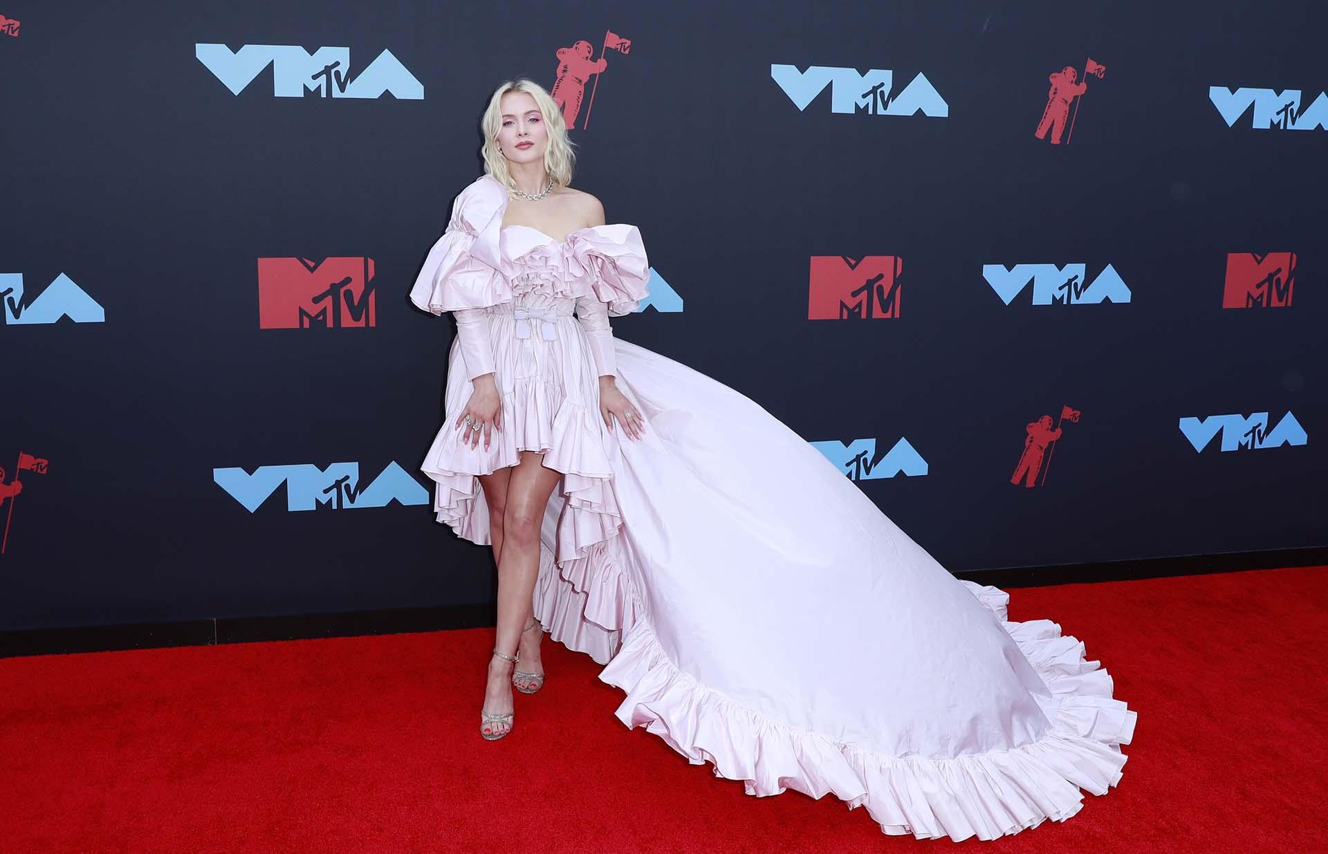 Zara Larsson posa en la alfombra roja de los MTV Video Music Awards 2019