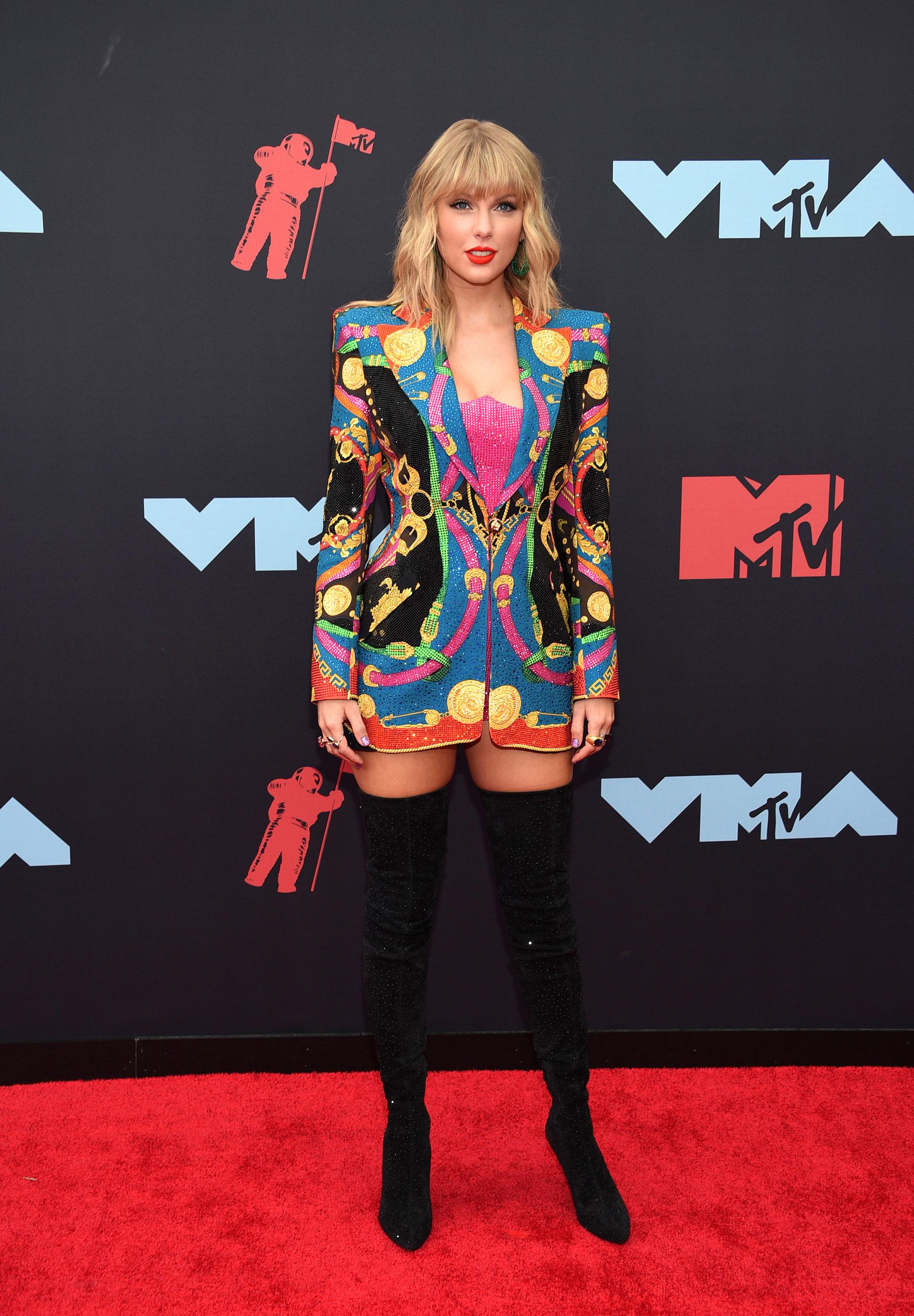 Taylor Swift se llevó todas las miradas con su atuendo de colores con una botas bucaneras
