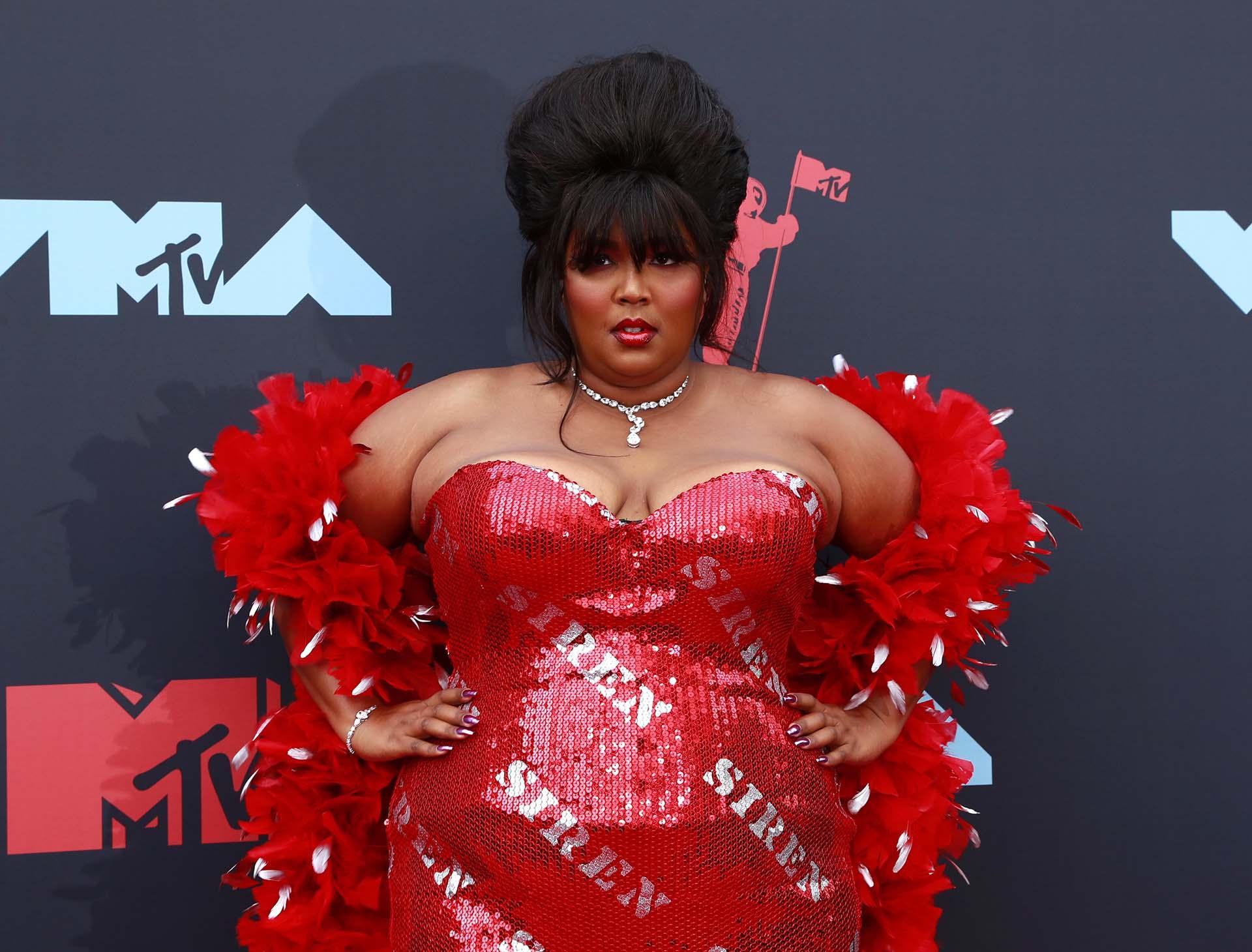 La cantante y rapera estadounidense Lizzo impactó con su vestido al cuerpo y al rojo vivo