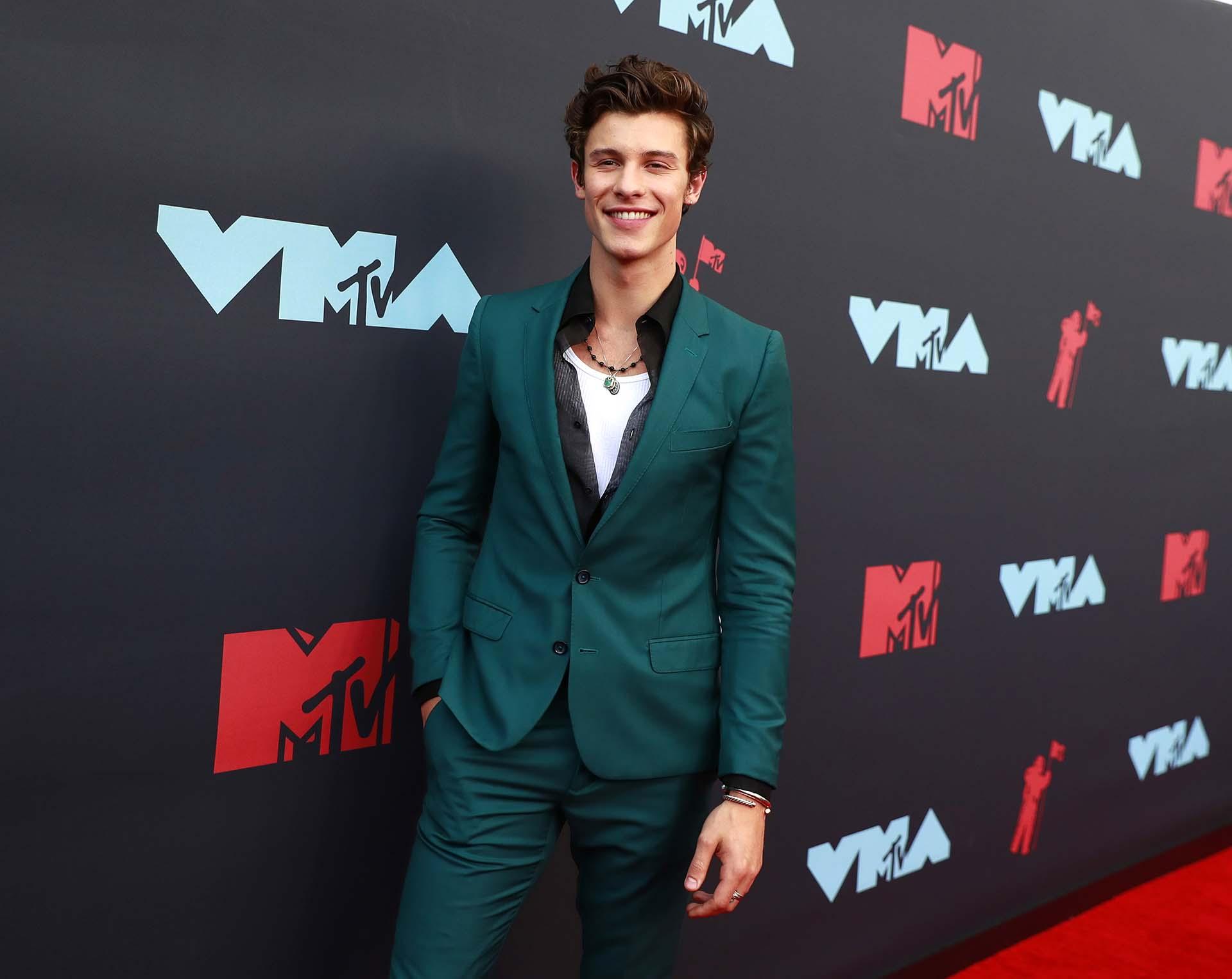 Shawn Mendes llegó sin su novia Camila Cabello. Será uno de los cantantes que se presentarán en el escenario de MTV Video Music Awards