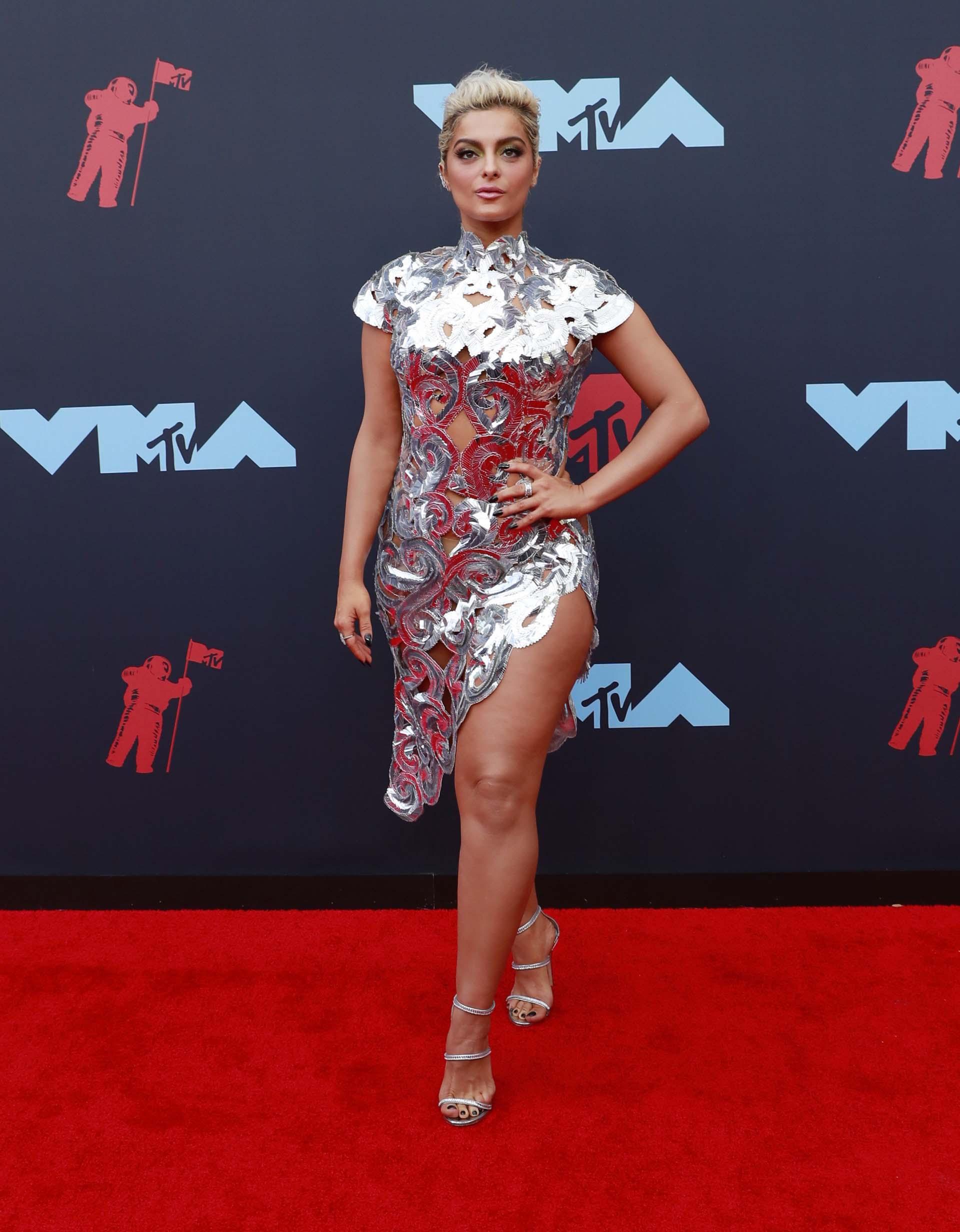 La cantante Bebe Rexha luce un vestido deslumbrante en los #VMAs