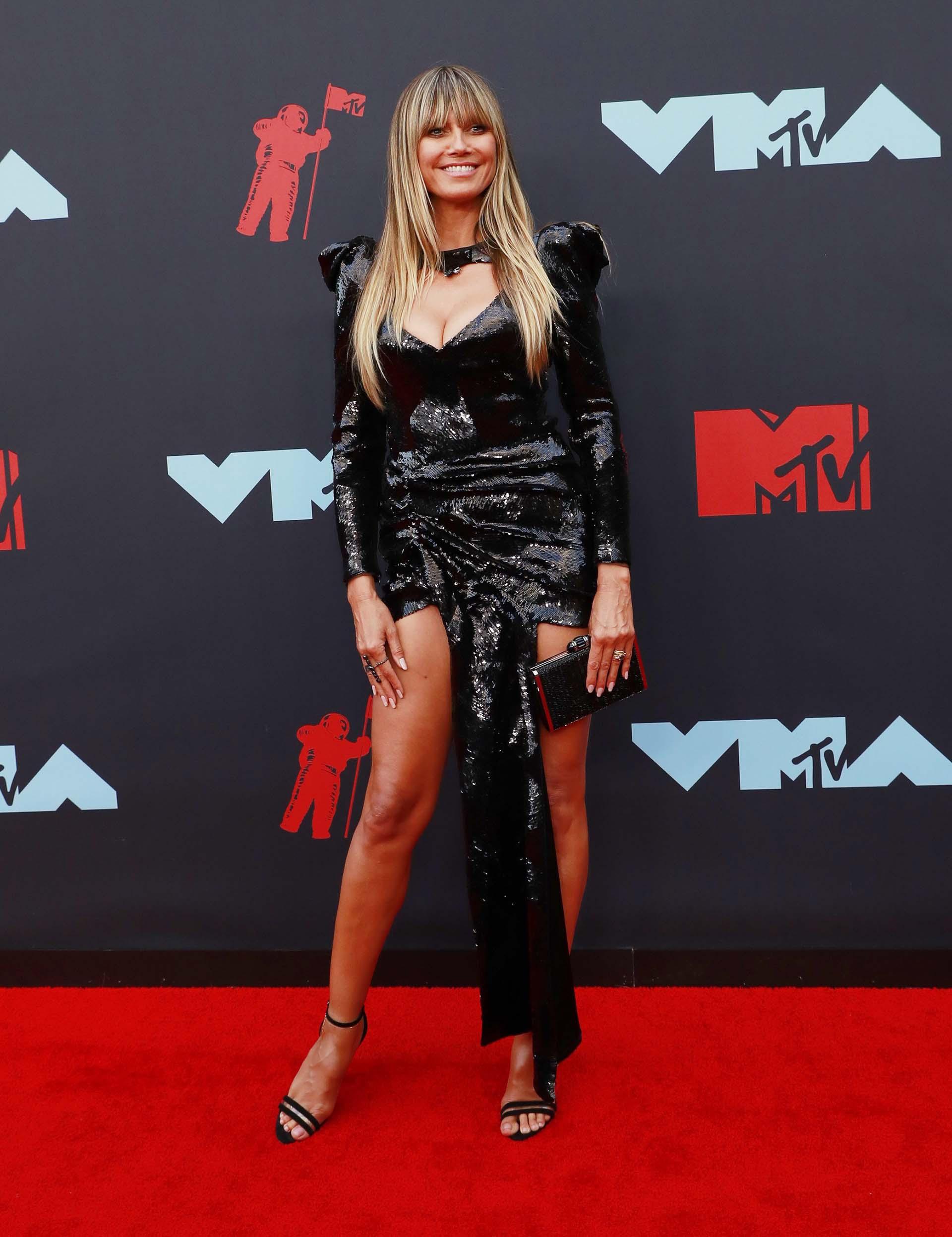 La modelo alemana Heidi Klum lució su increíble cuerpo con un vestido negro en los MTV VMAs