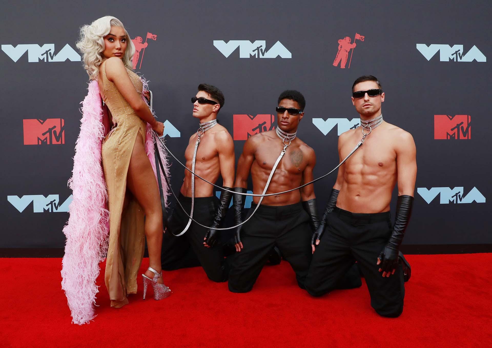 La modelo Nikita Dragun llegó acompañada de tres hombres con poca ropa y no pasó desapercibida