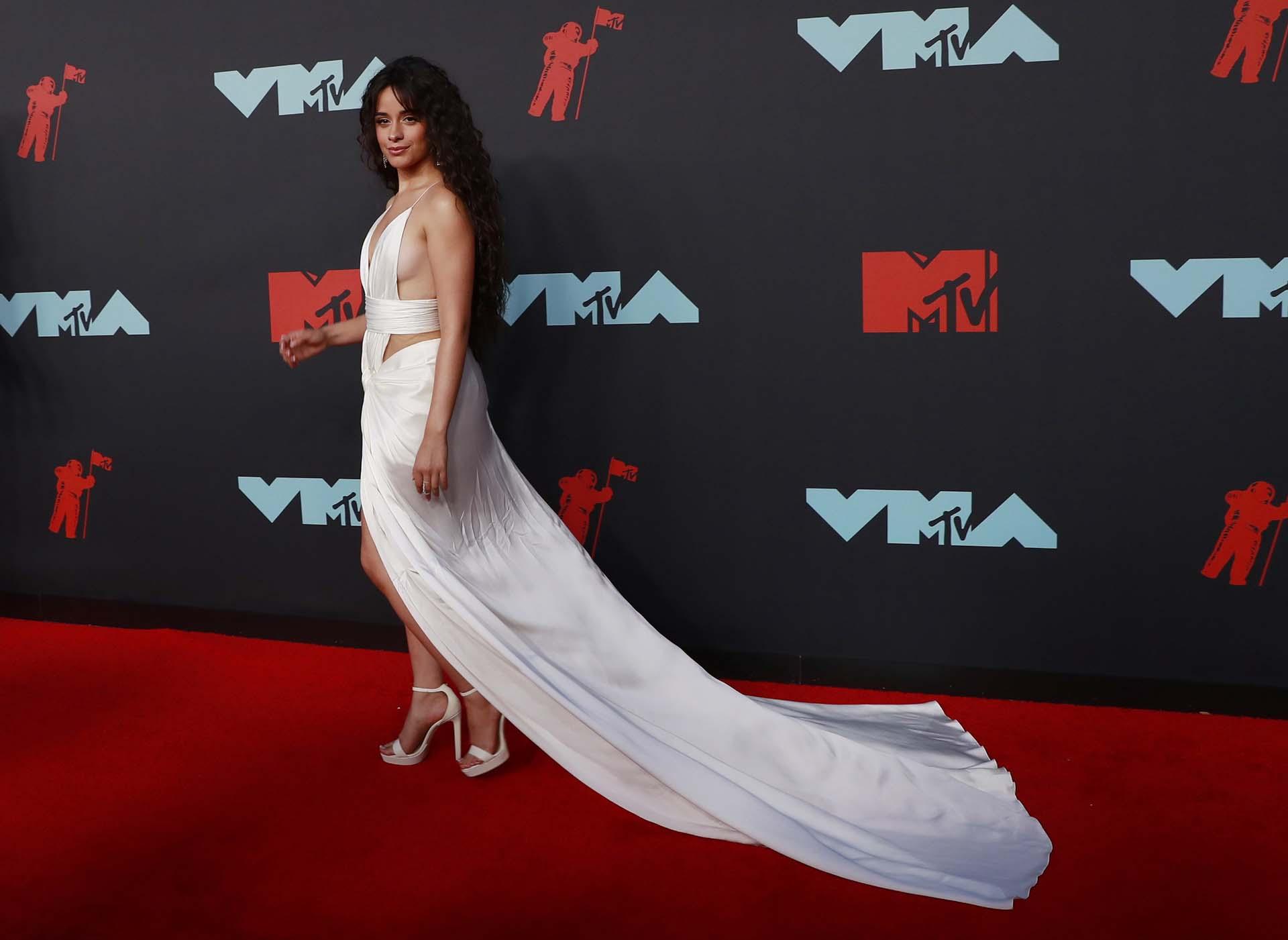 Camila Cabello, una de las más esperadas de la noche, deslumbró con un vestido blanco muy reveladoren losMTV VMAs 2019
