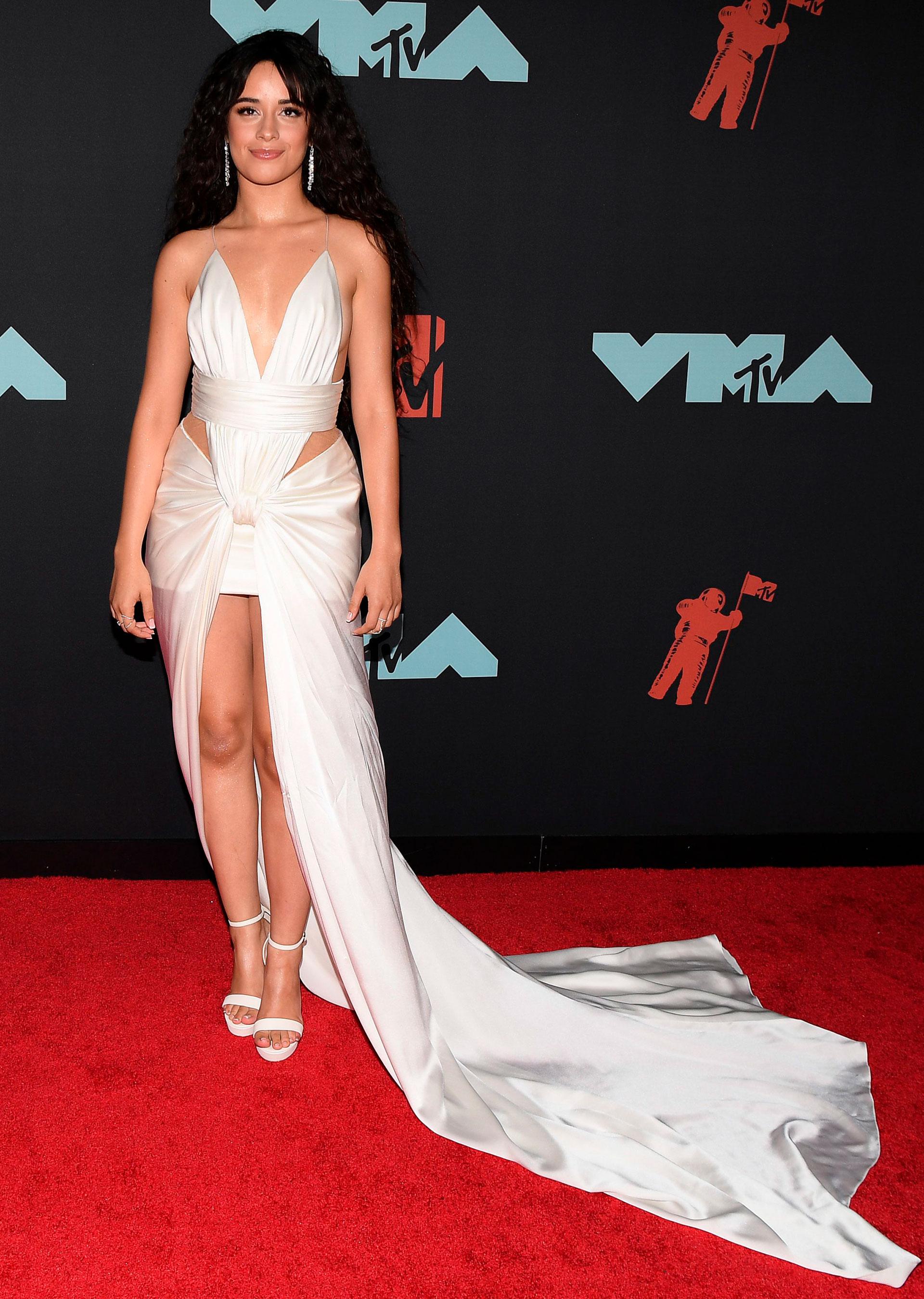 Camila Cabello en los MTV VMAs 2019 . Desfiló para los pararazzi sinShawn Mendes
