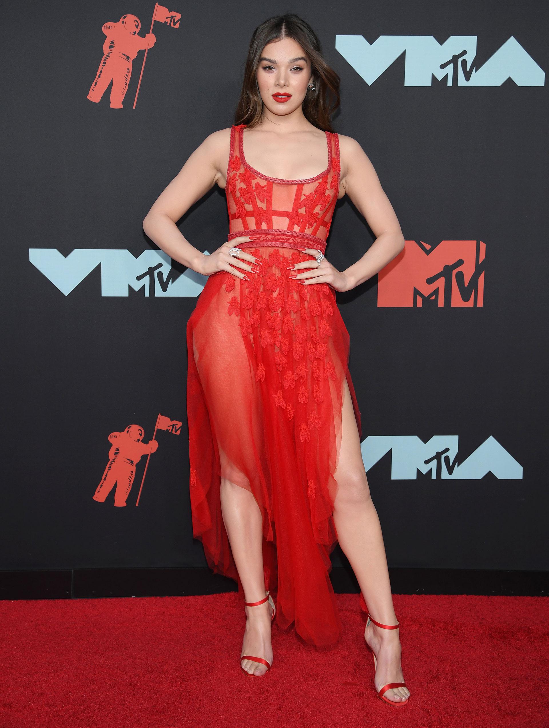 La actriz Hailee Steinfeld eligió un sensual vestido rojo