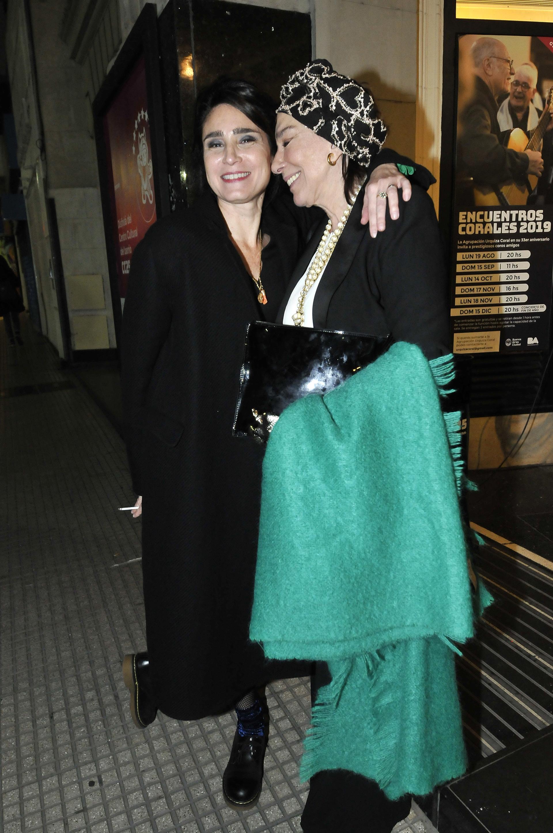 Valeria Bertuccelli y Graciela Borges, muy sonrientes en la salida del evento