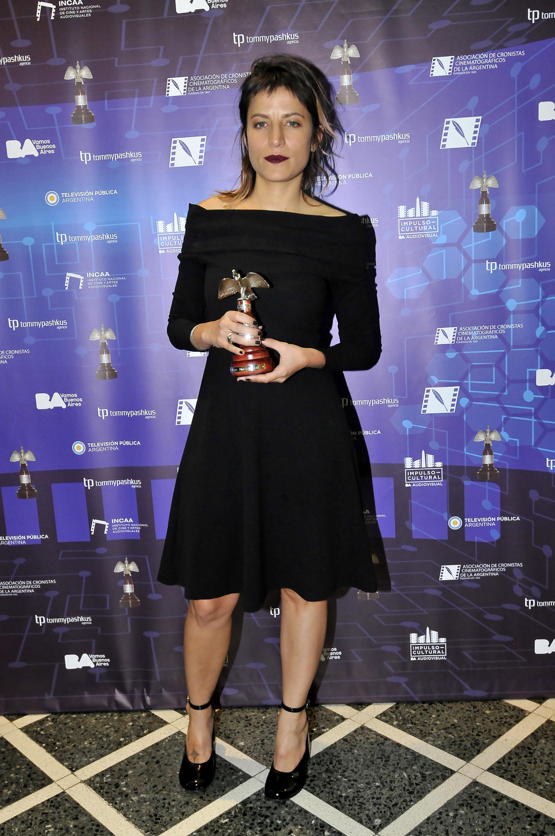 """Agustina Comedi, quien recibió su premio por el documental """"El silencio es un cuerpo que cae"""", lució un vestido negro durante el evento"""