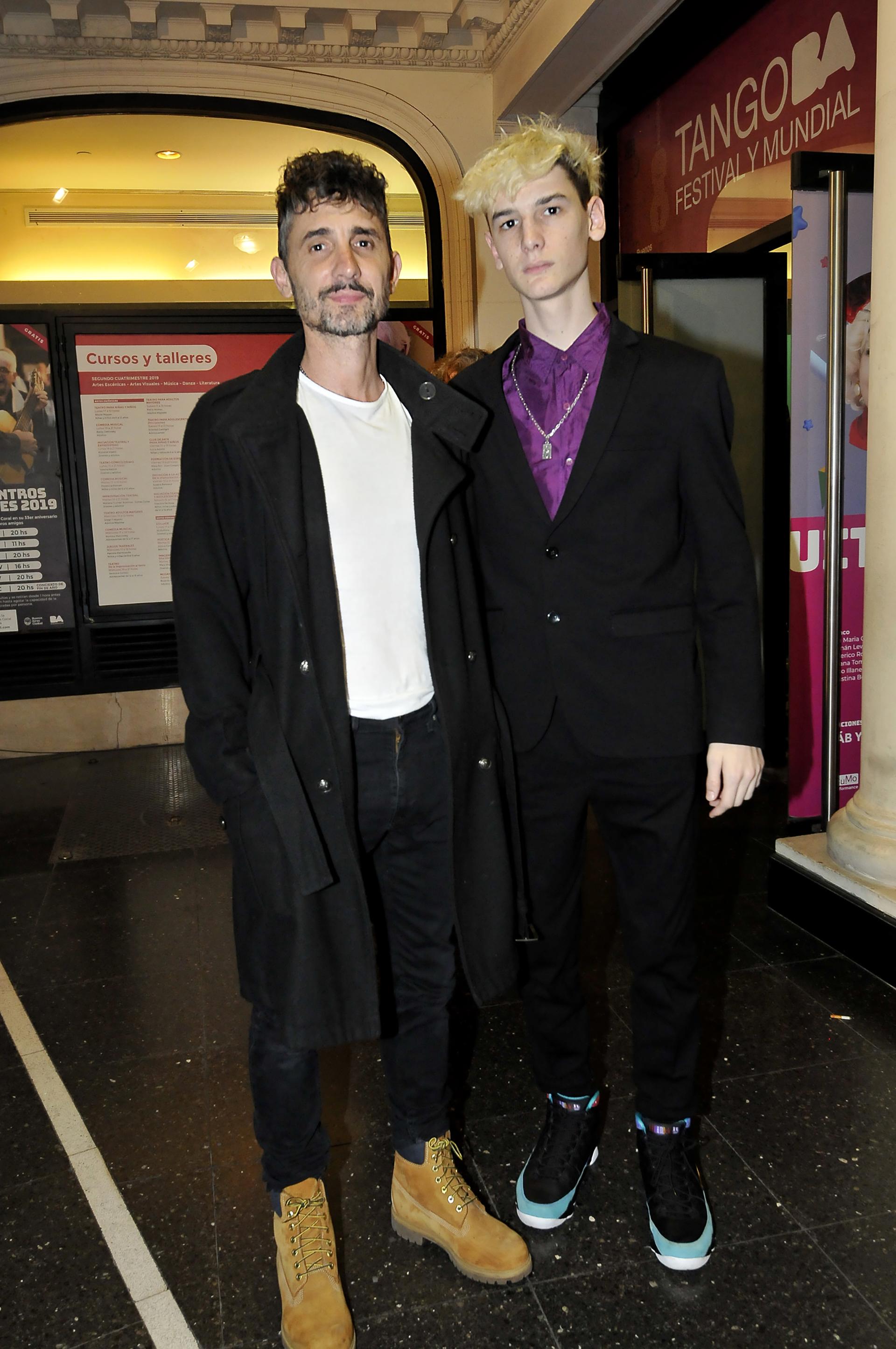 El actor Nahuel Mutti, el marido de Caratarina Spinetta, junto a su hijo, Angelo