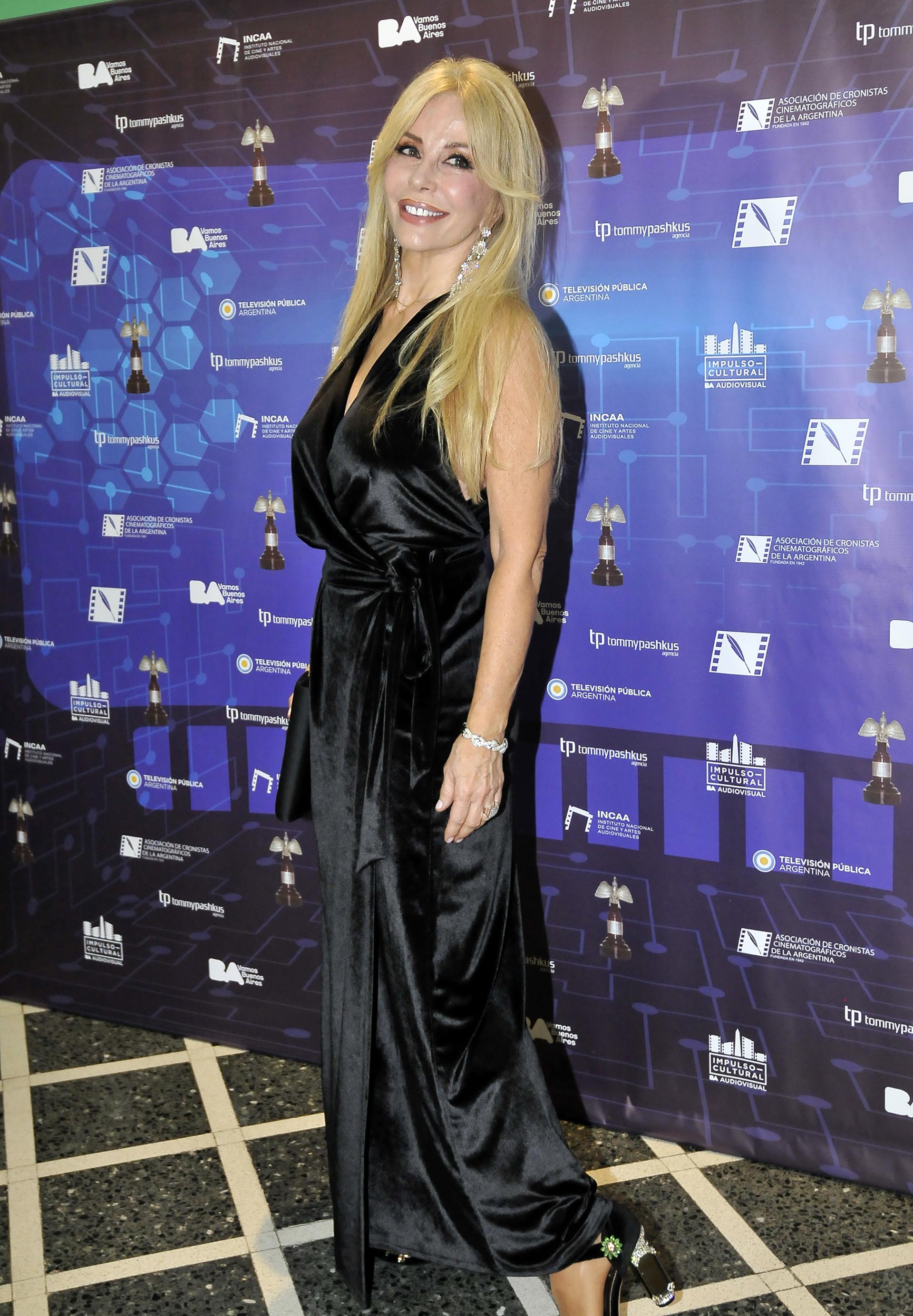 Graciela Alfano eligió un vestido de cuello halter de chiffon